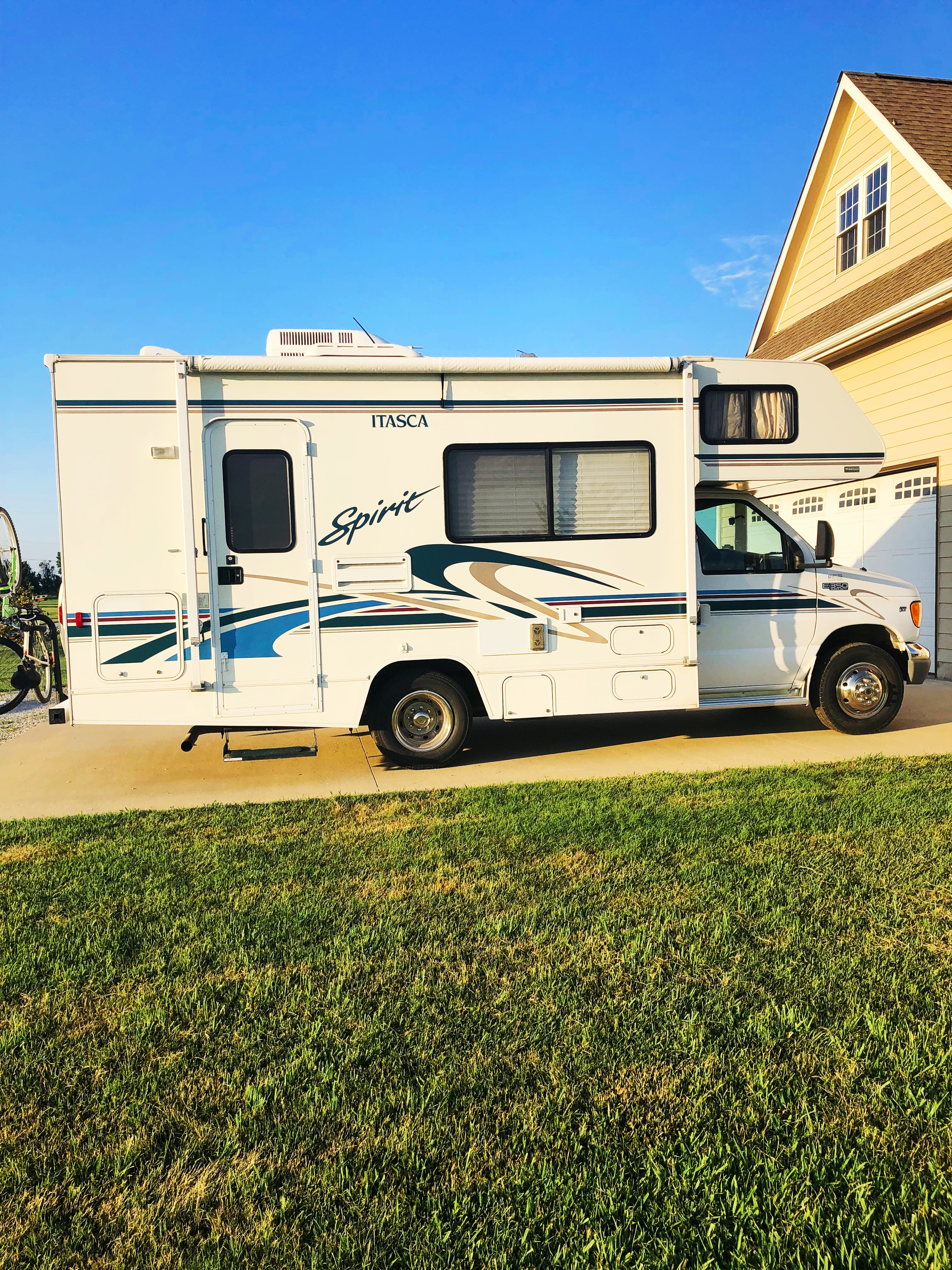 22ft Itasca Spirit. Perfect for two or small family.  Available for weekly and monthly rental. Please contact me. I'll be adding more photos showing awning open and entertainment set up. It's been too windy. . Itasca Spirit 2000