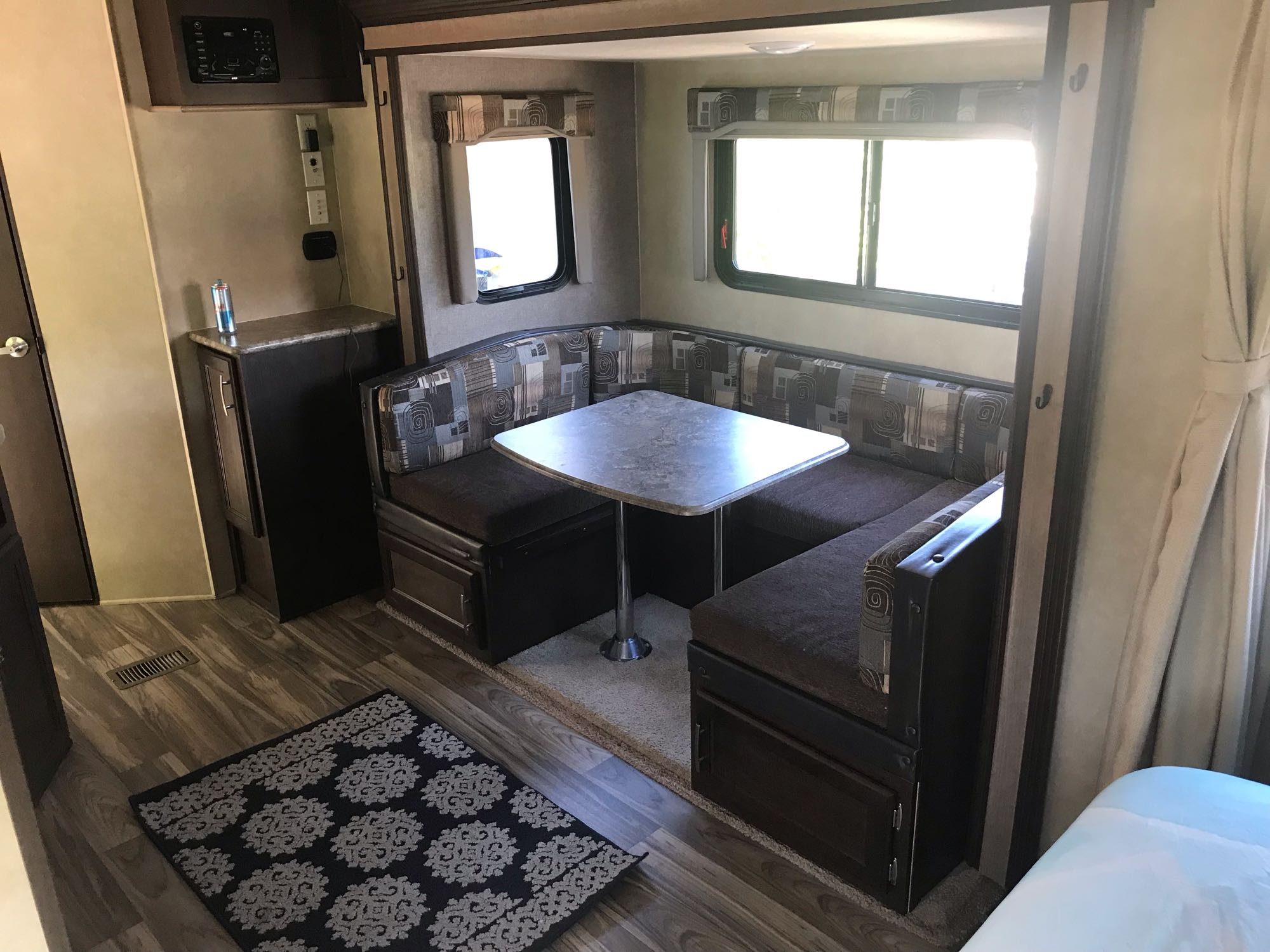 Dining area (slide out). Forest River Evo 2016
