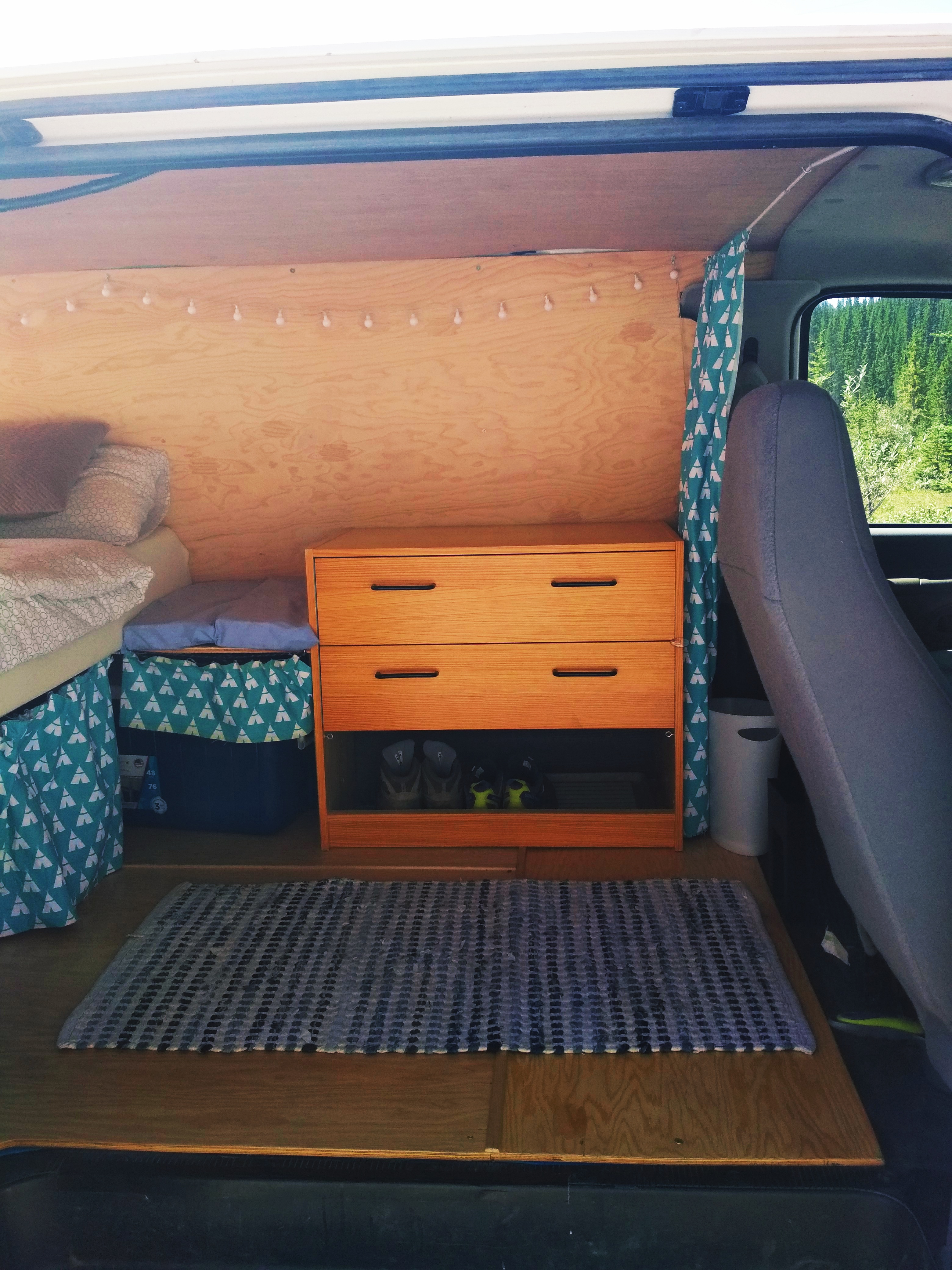 Spacious drawer with shoerack. Ford Econoline 2006