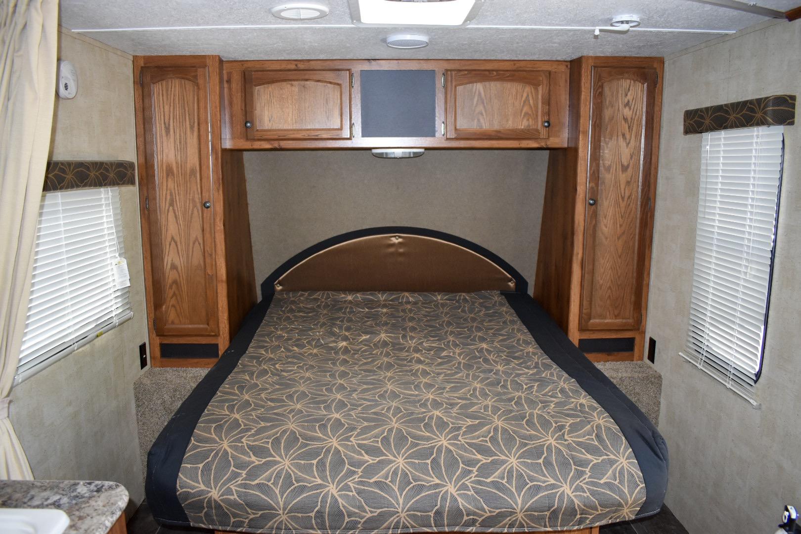 Queen bed. Keystone Hideout 2015