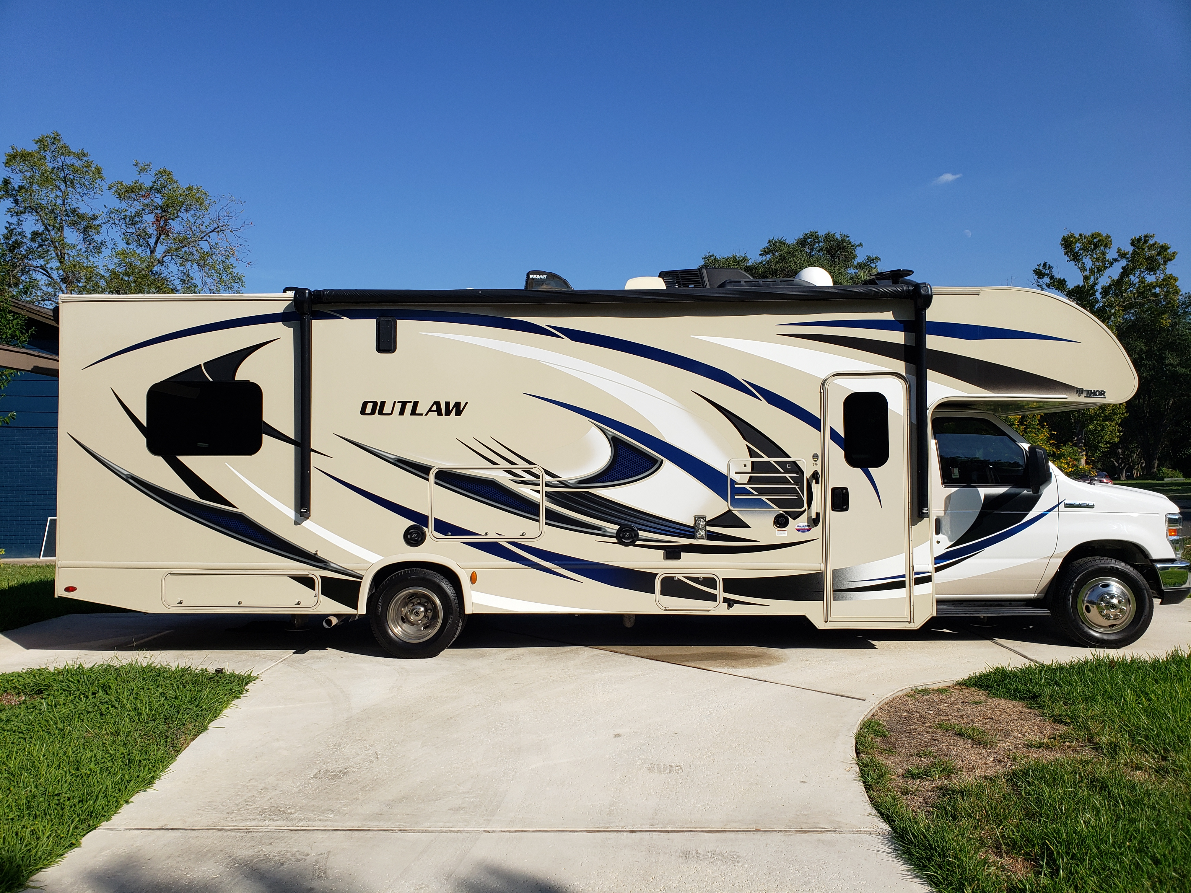 Beautiful like brand new 31ft Outlaw. Thor Motor Coach Outlaw 2018