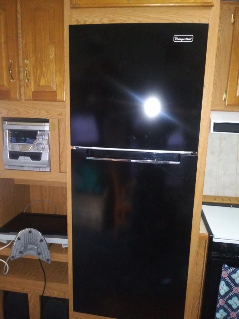 House type refrigerator. Very spacious. Runs on electric only.. Keystone Montana 2000