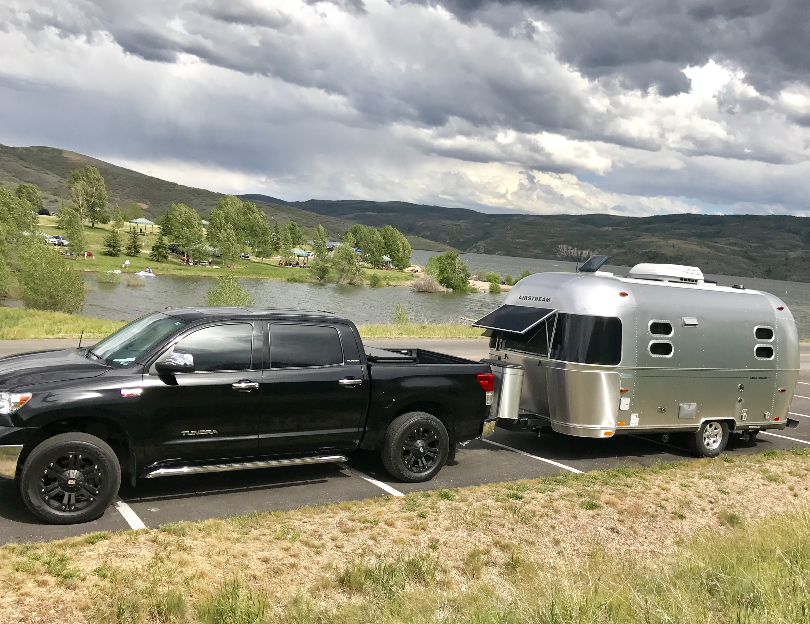 Doesn't come with the truck.. Airstream Flying Cloud 2013