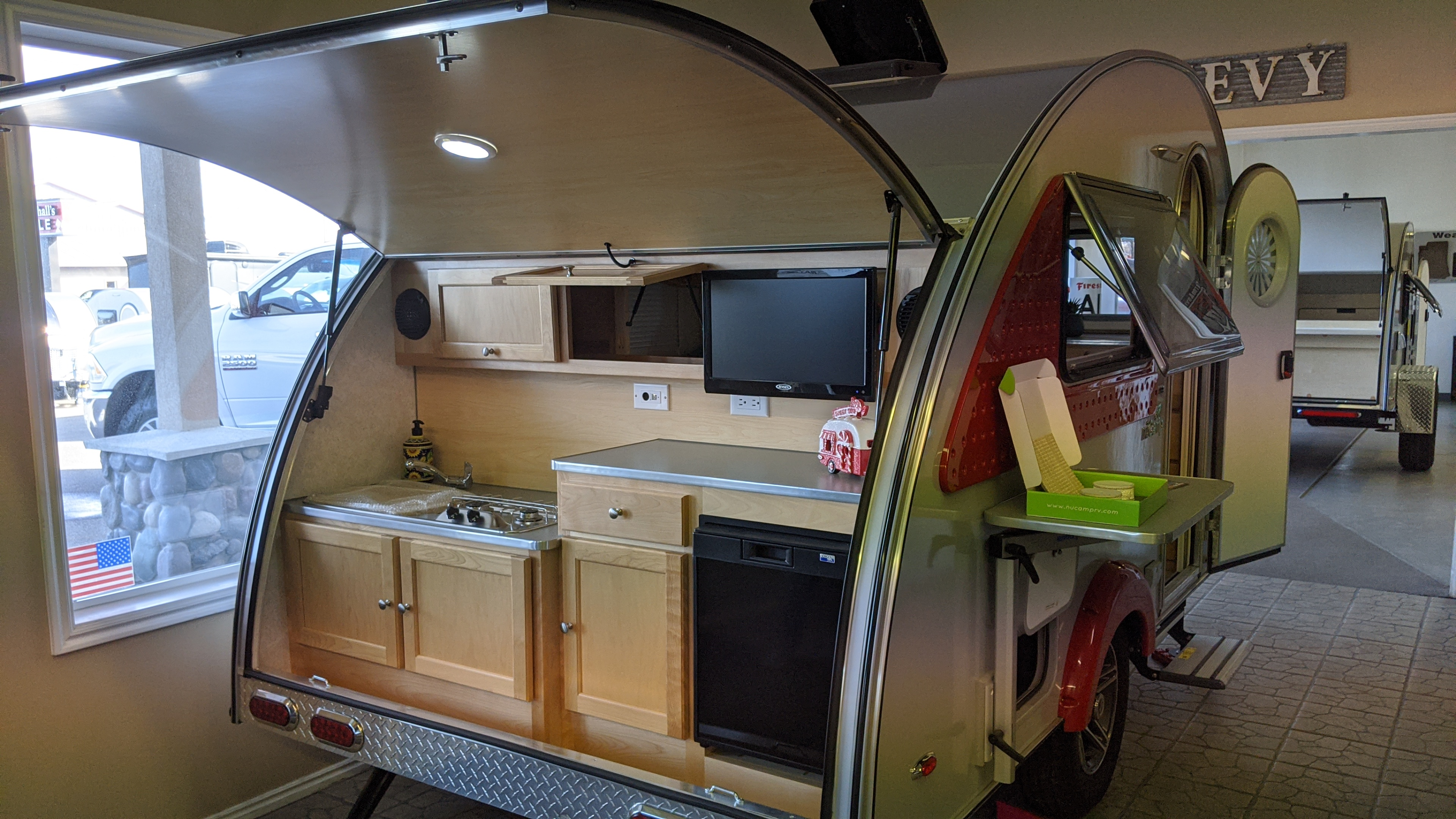 Open Air Kitchen with TV, Fridge,2 burner stove and Sink. Includes dishes, pots, pans and coffee percolator!. T@B 320 CS-S Clamshell 2019