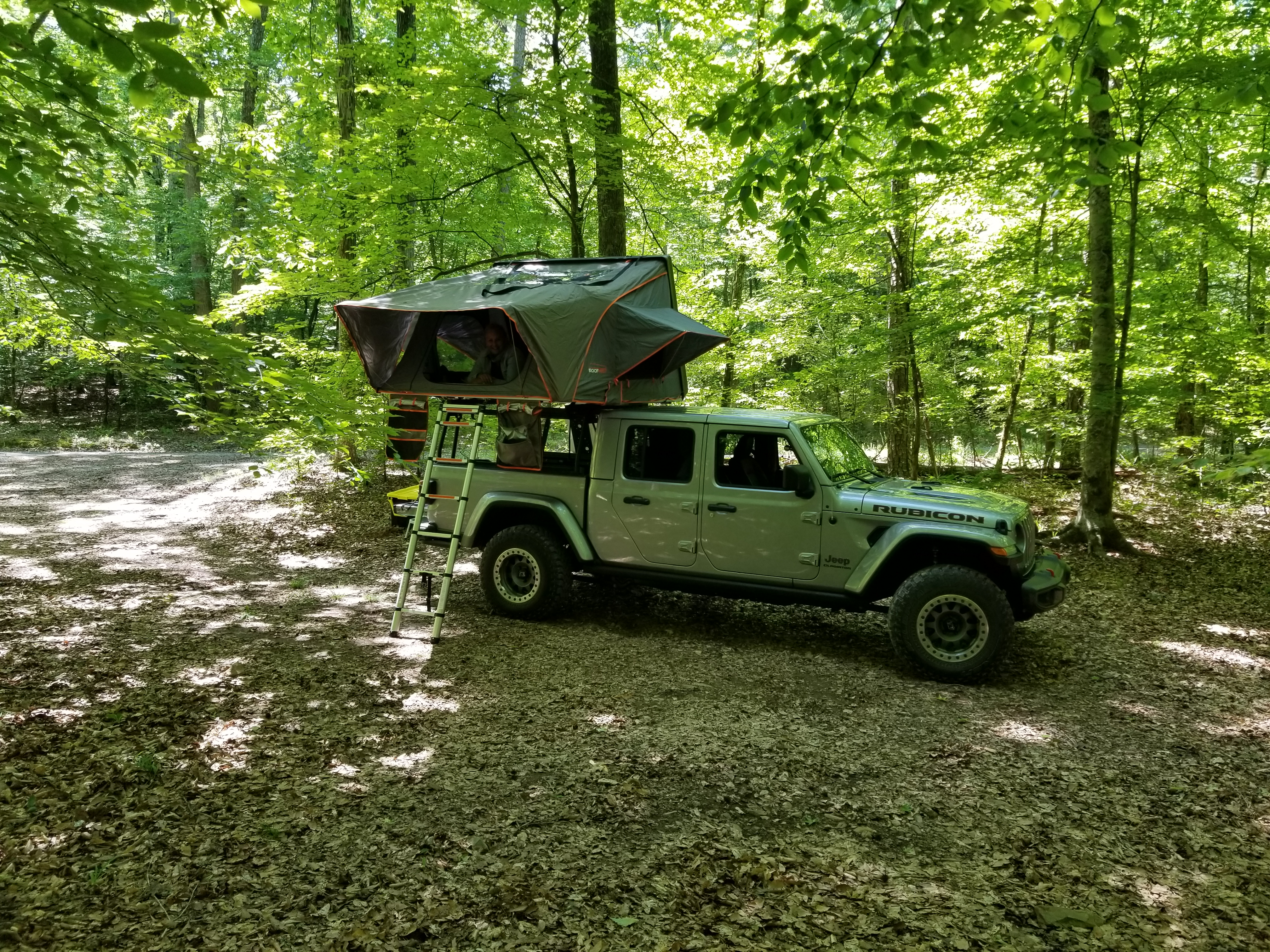gladiator with 4 person tent open, took  5 minutes to open and be ready.. Jeep Gladiator Rubicon with Condor XL RTT 2020