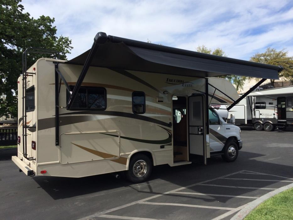 plenty of outdoor space in the shade. Thor Motor Coach Freedom Elite 23H 2017