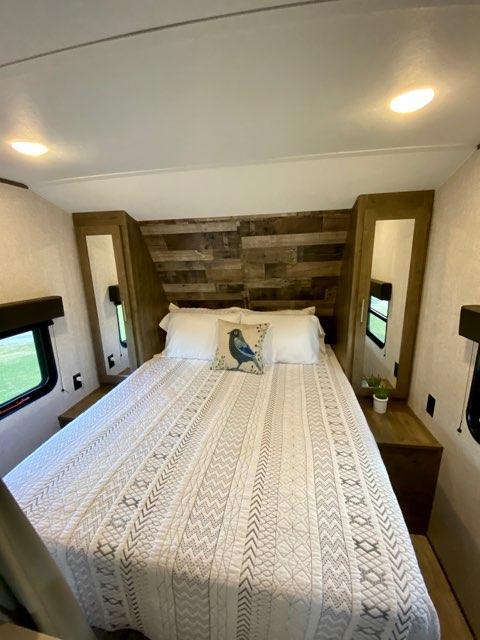 Queen Bed Includes Sheets, Pillows, & Quilt. Dutchmen Aspen Trail 2020