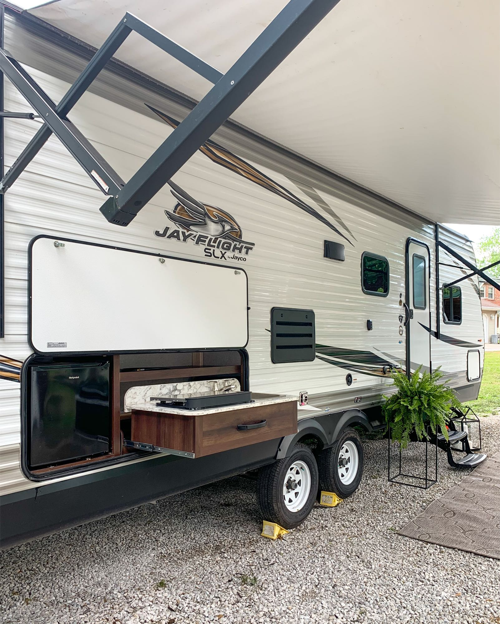 Outdoor kitchenette. Jayco Jay Flight SLX 2019