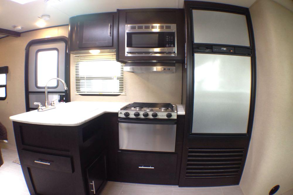 Full kitchen!!. Dutchmen Kodiak 2018
