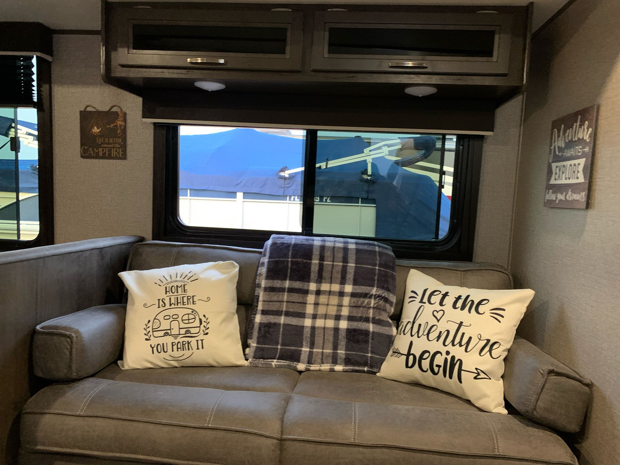 Cozy couch to unwind and relax.. Jayco JayFlight 2021