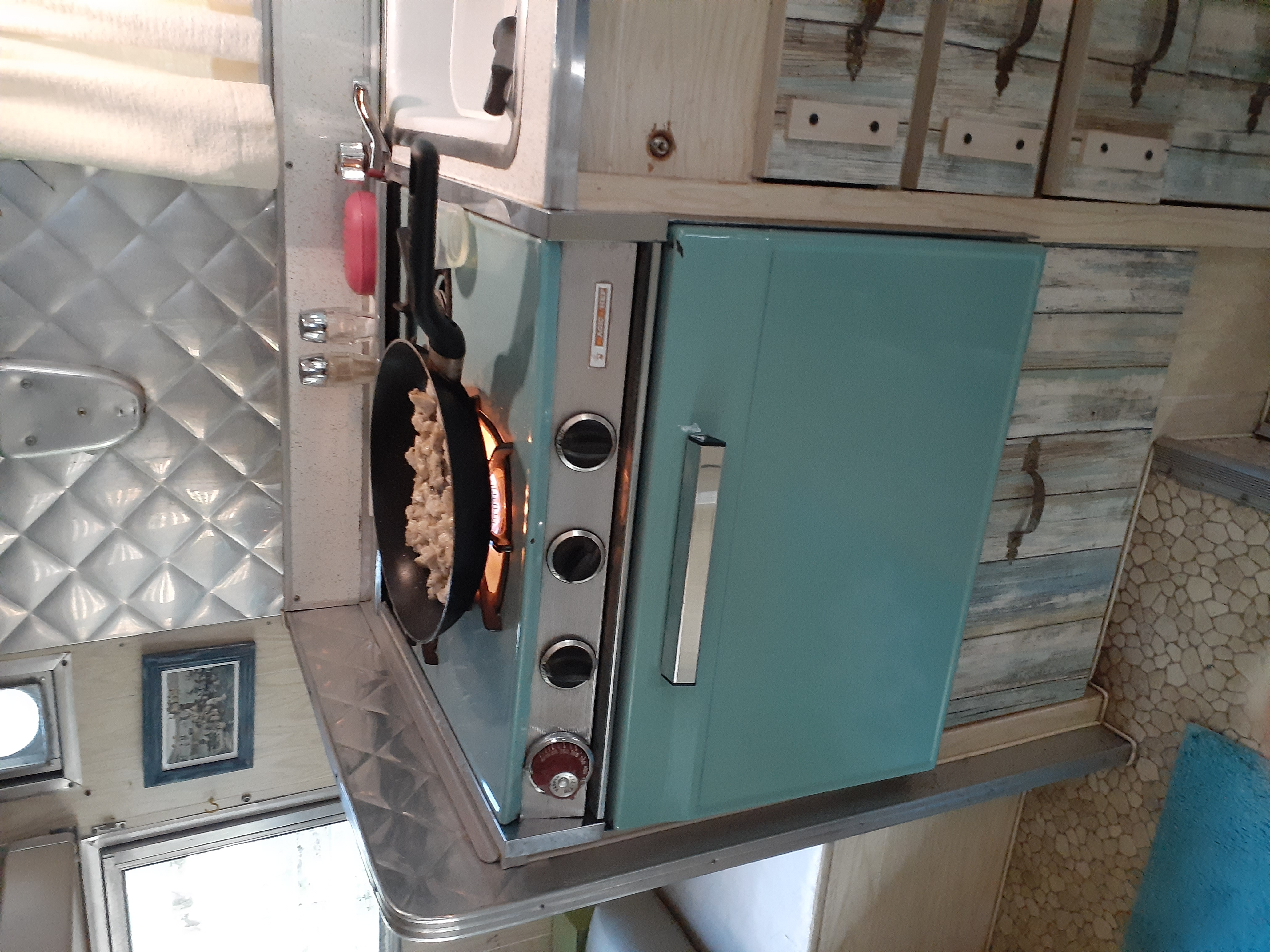 The stove and oven are fully functional.. Aristocrat Lo-Liner 1965