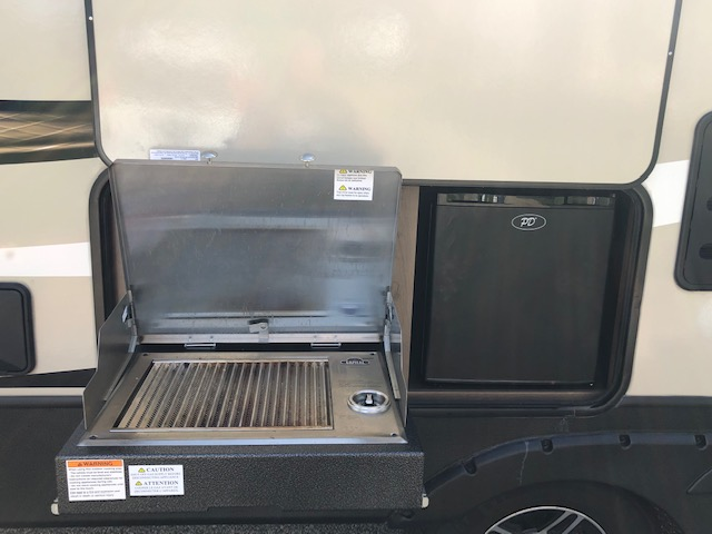 Outdoor kitchen. Keystone Cougar Half-Ton 2019
