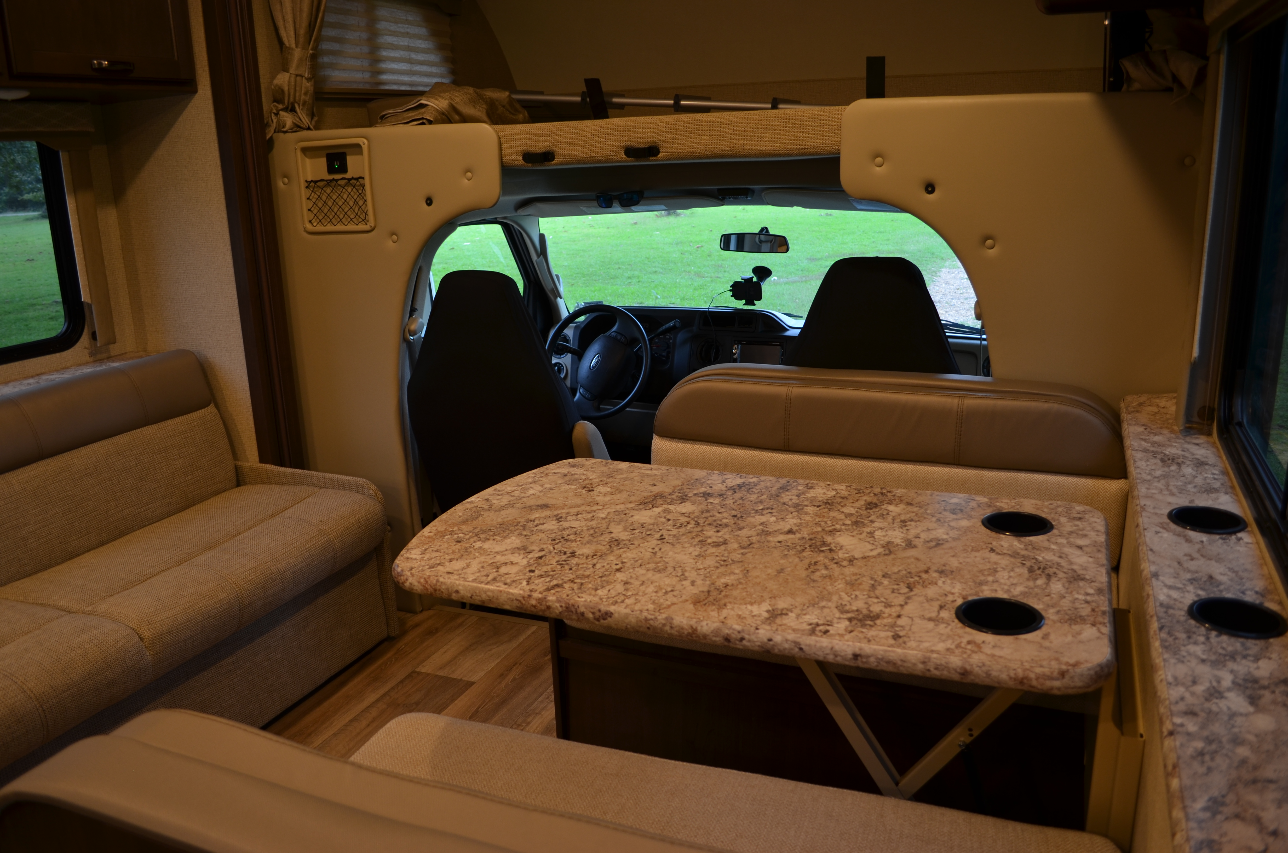 Dinning Table / Bed. Thor Motor Coach Freedom Elite 2019