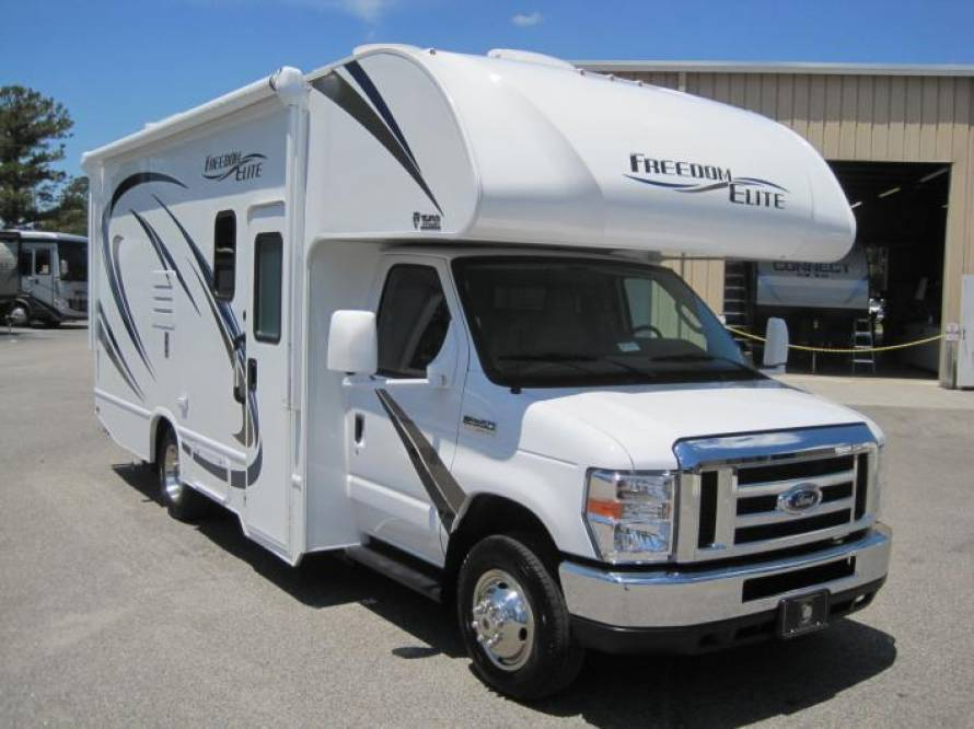 Immaculate 2019 Class C 24ft Freedom Elite 2 is easy to drive & maneuver with 3 outside cameras. Thor Motor Coach Freedom Elite 2019