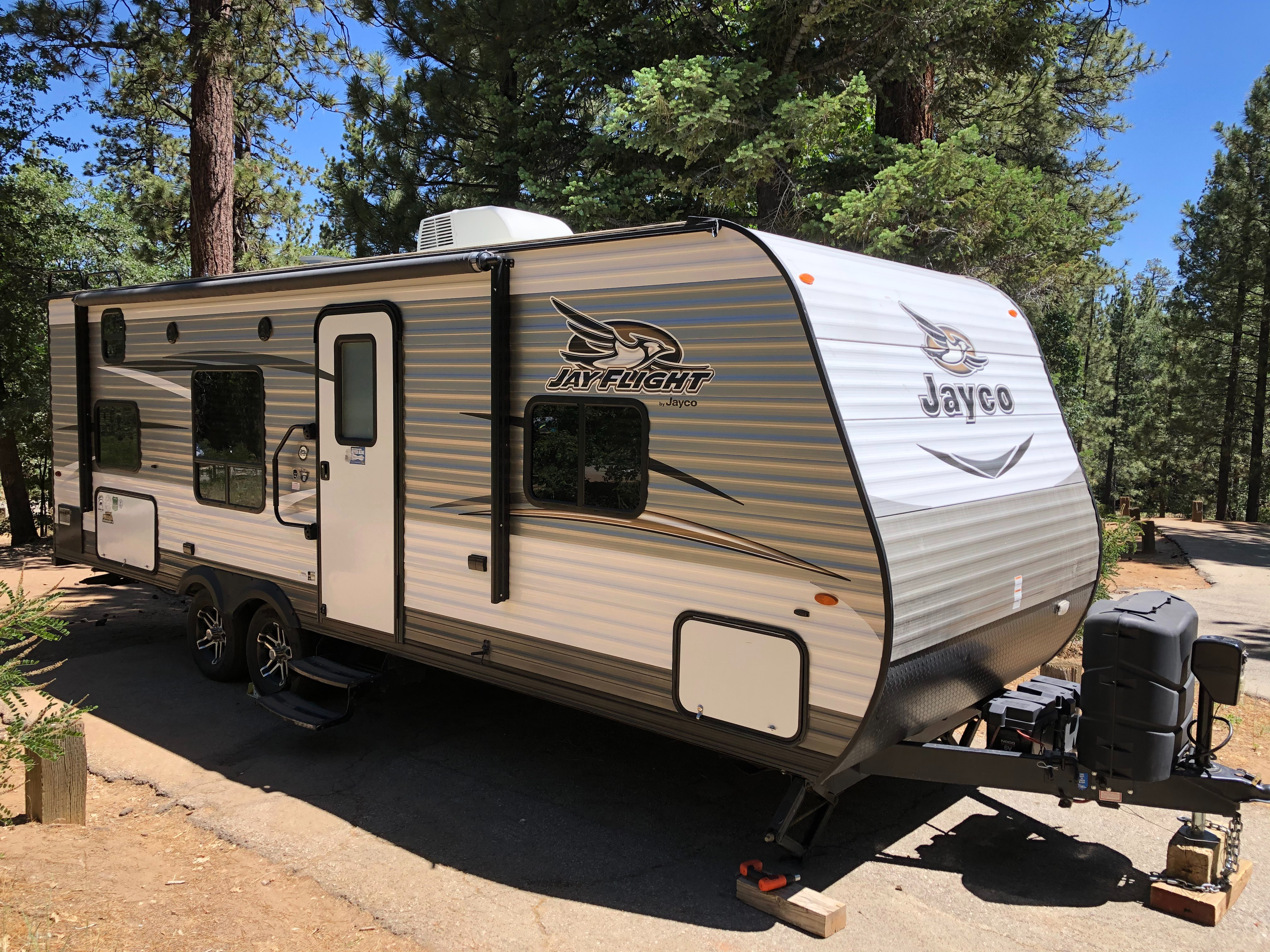 Welcome to your new home while camping! You'll love the light weight for towing, and easy turn radius for backing in.. Jayco Flight 2017