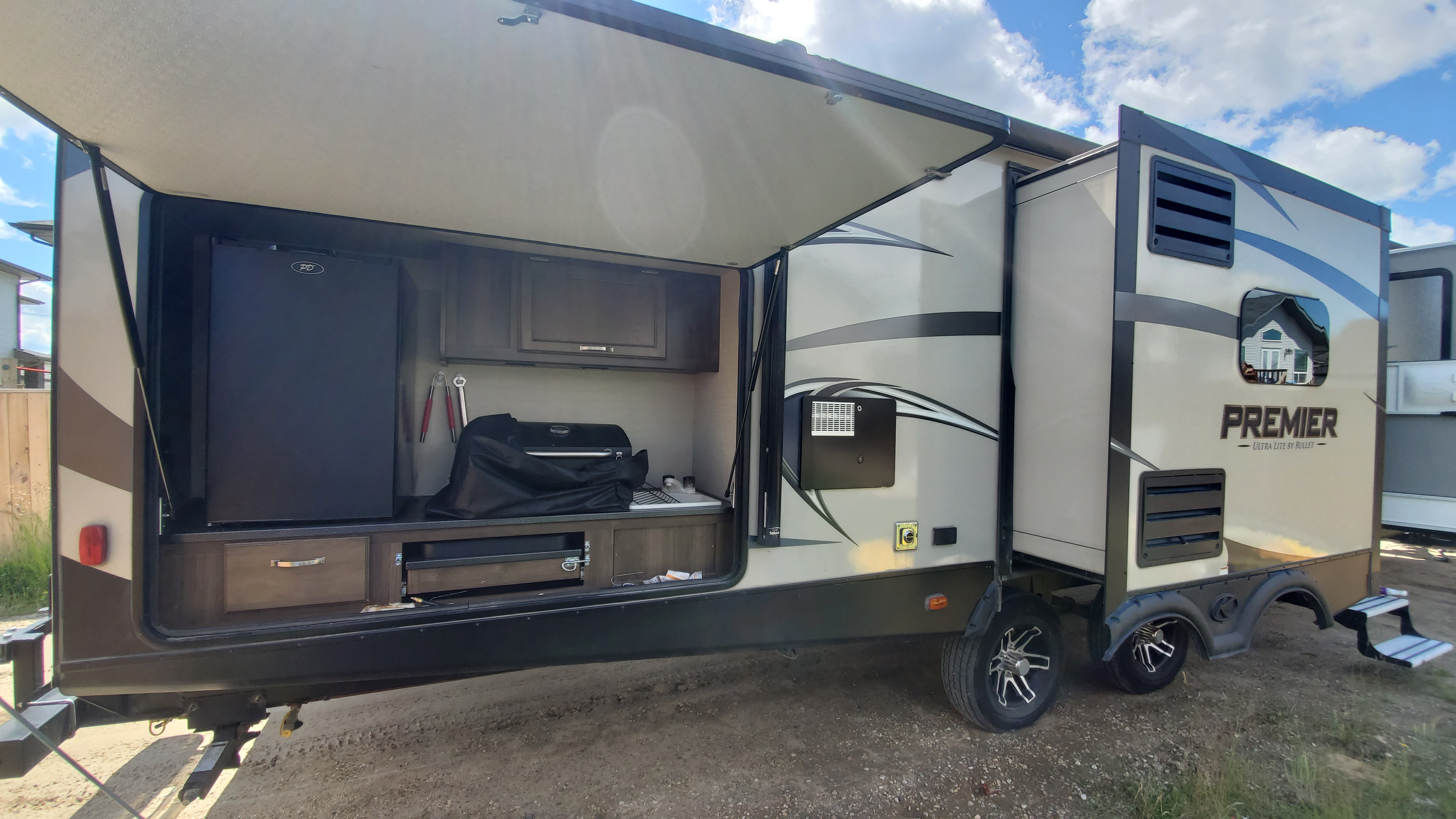 Outdoor Kitchen (bar) area - comes with BBQ. Keystone Premier Ultra Lite 2018