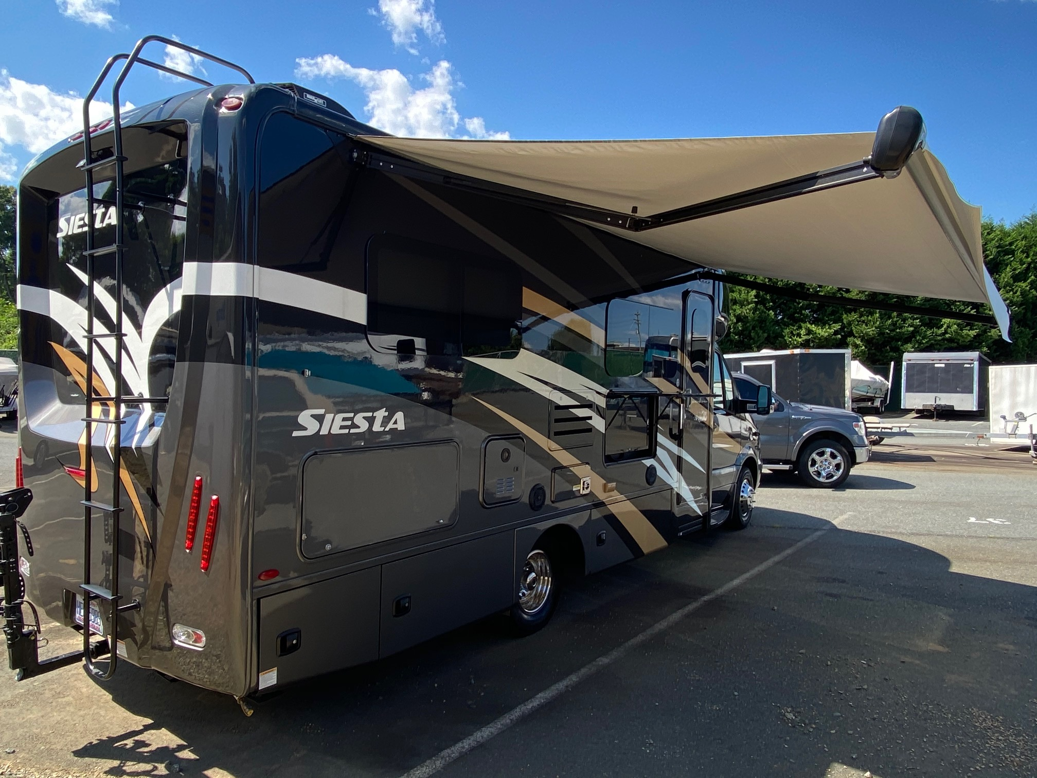 Awning and Outside TV. ThorMotorCoach Siesta 2018
