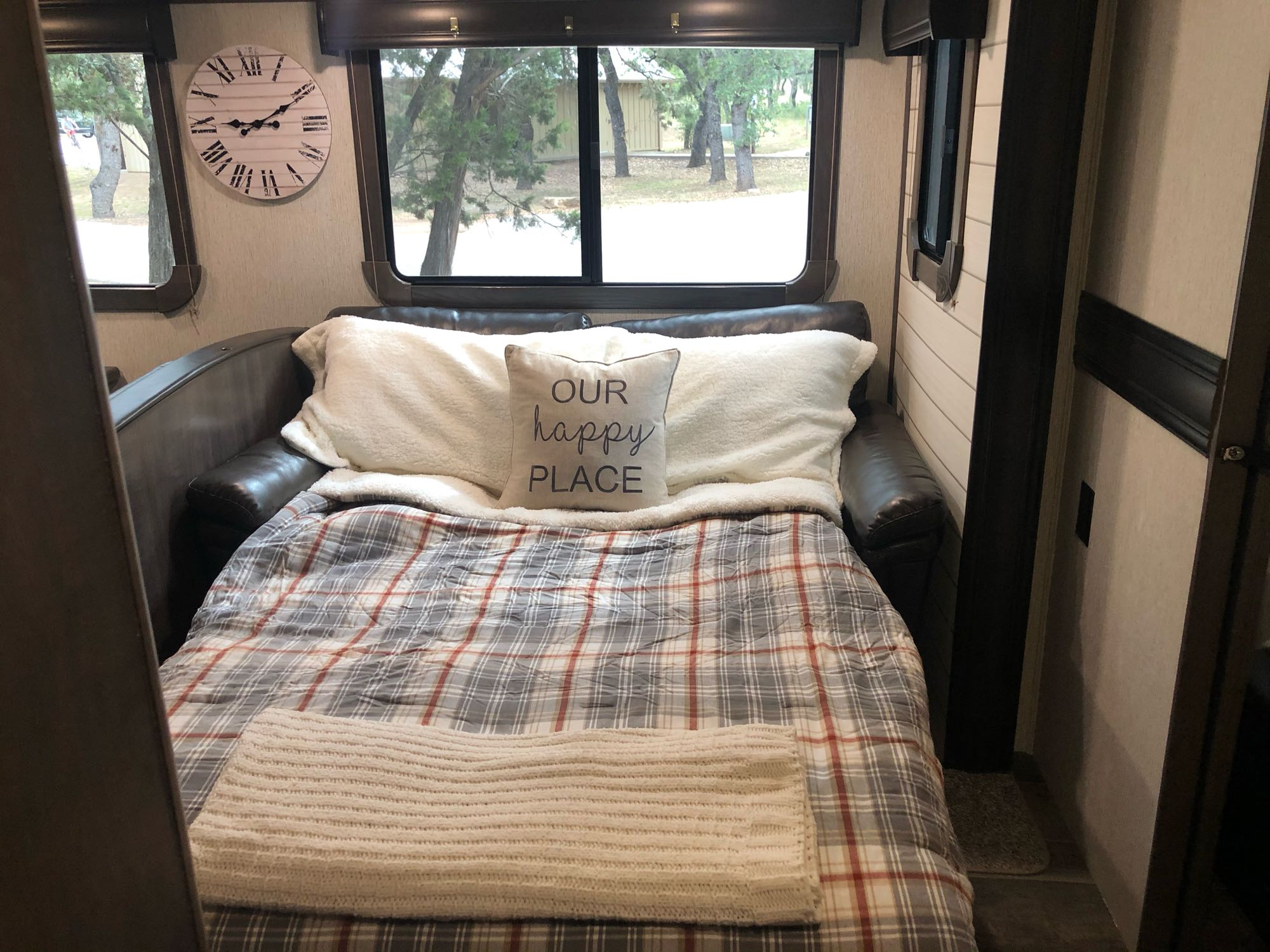 Couch folds out into a full size bed.. Crossroads Sunset Trail Super Lite 2019