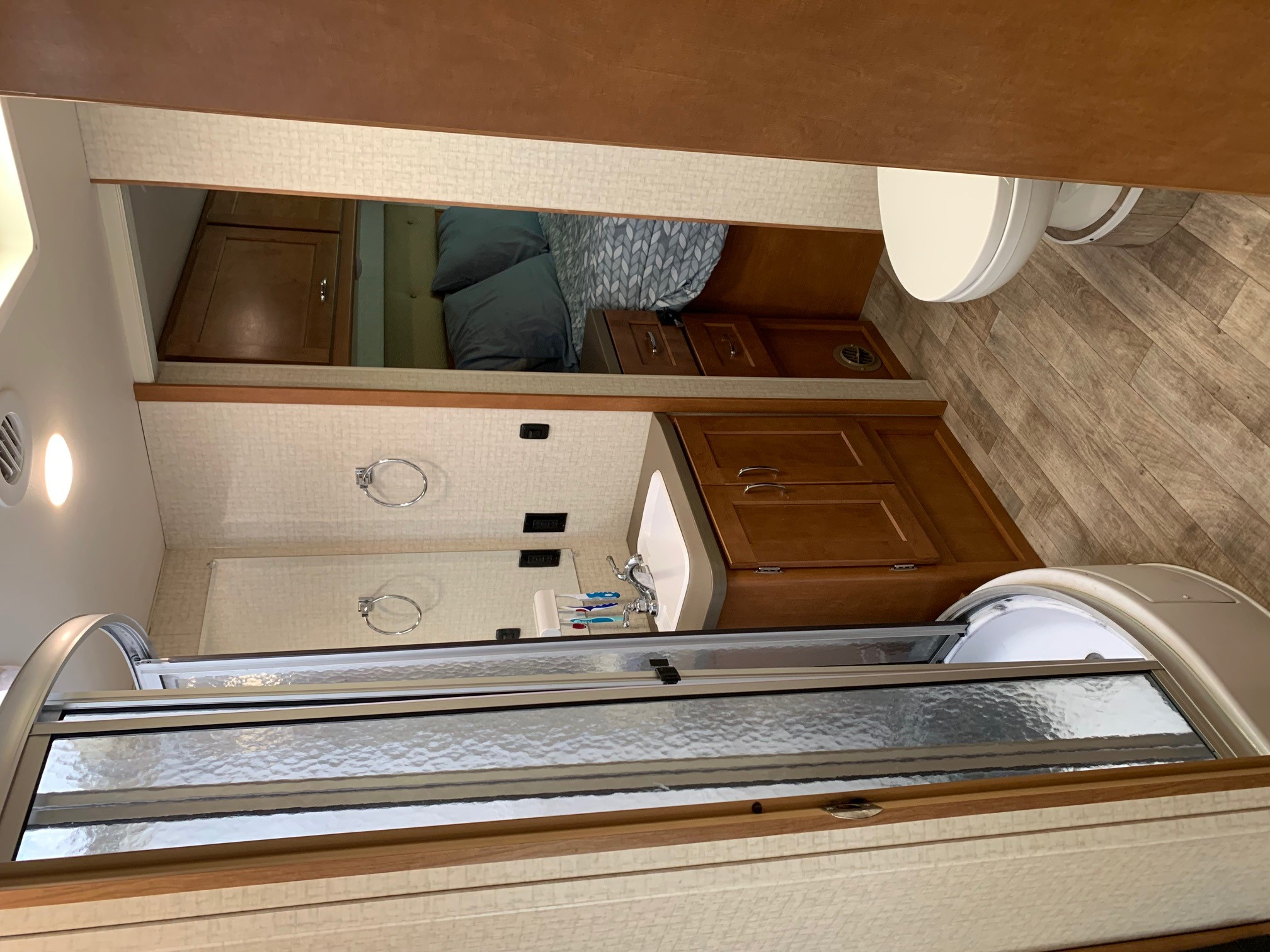 Bathroom and Shower. Winnebago Minnie Winnie 2018