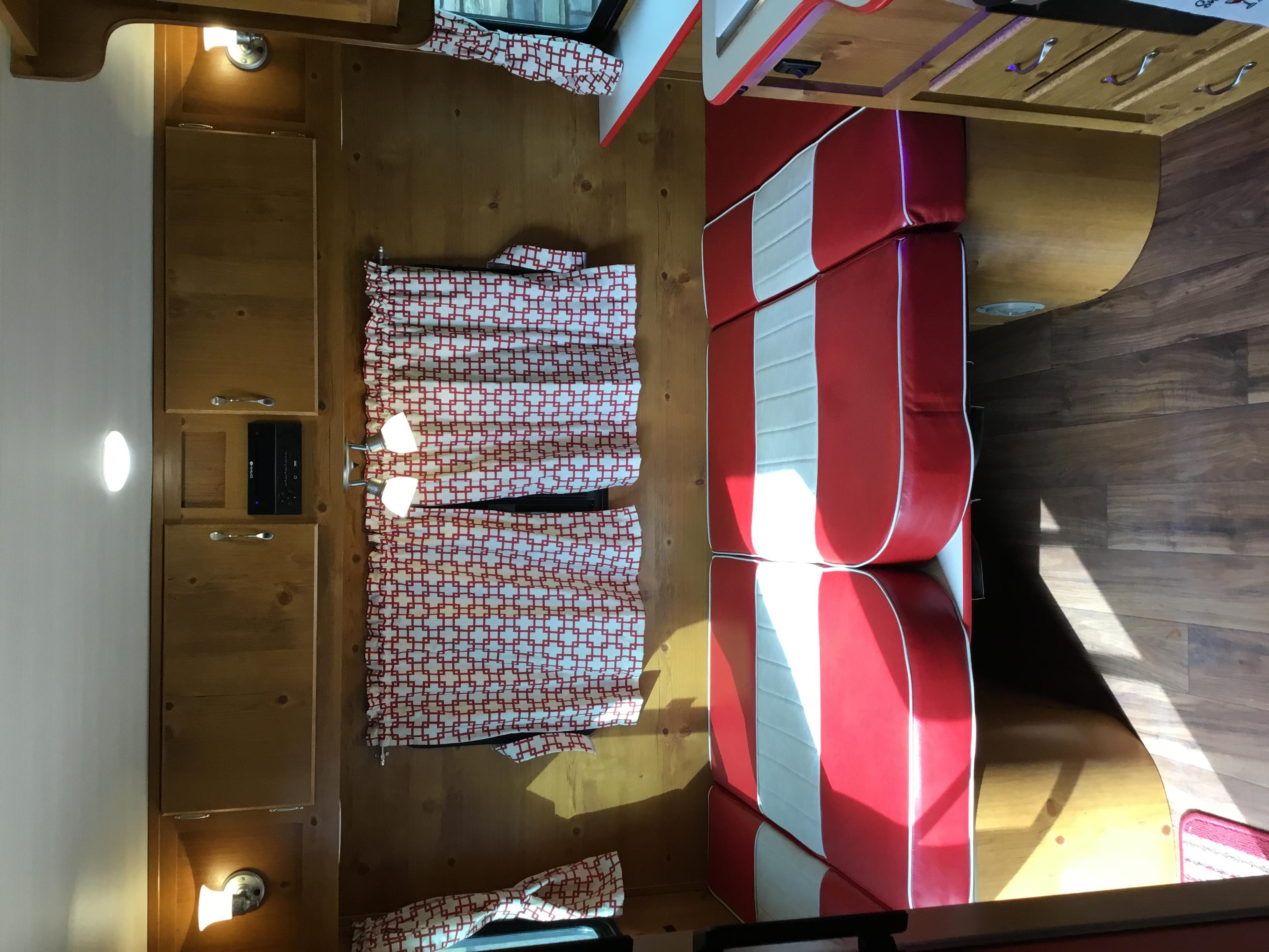 Twin size bed. Gulf Stream Vintage Cruiser 2020