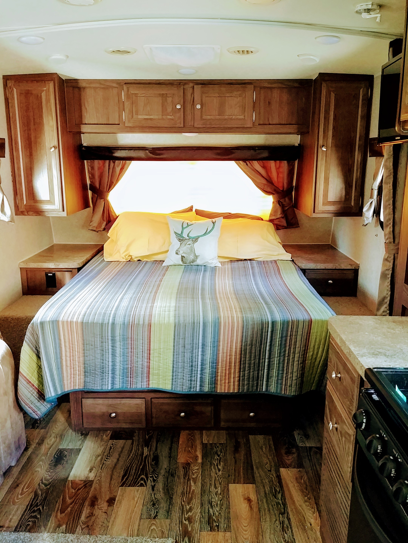 Queen Bed w/ heated mattress; storage. Forest River Mini-Lite 2016