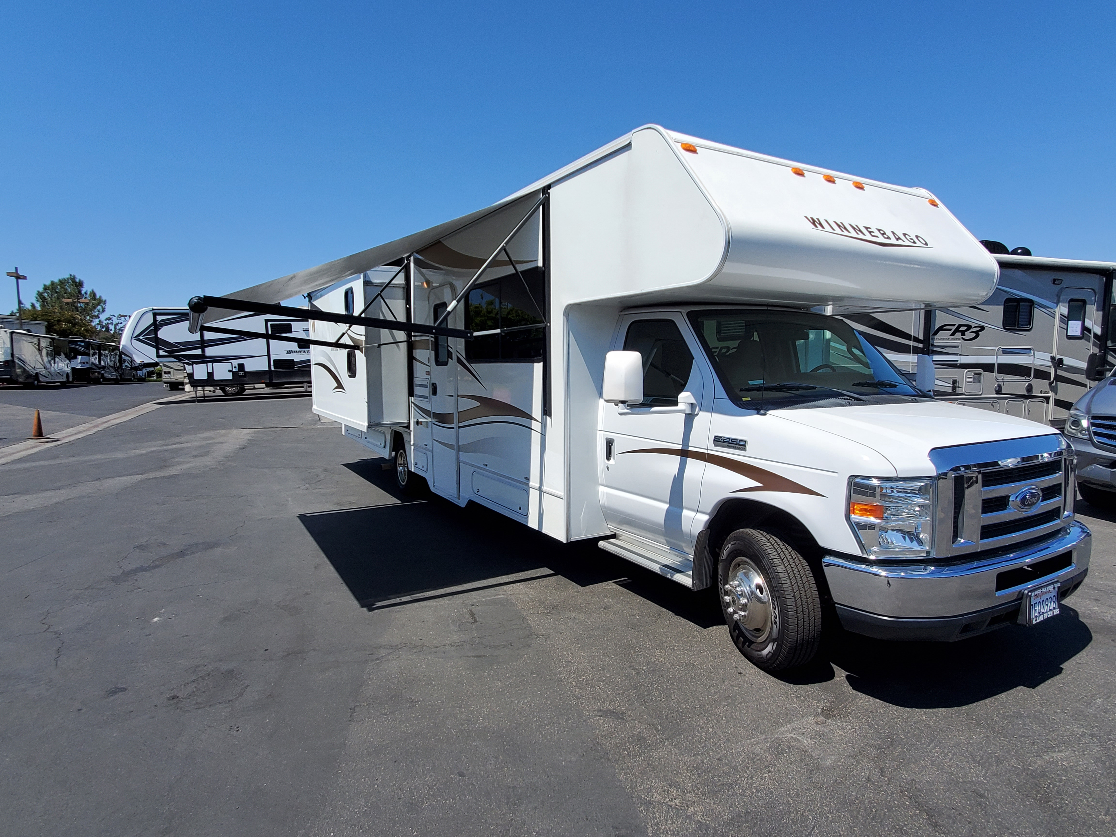 Electric awning which only takes seconds to set up and enjoy the shade. (2) electric slide outs turns your RV into a spacious home.. Winnebago Minnie Winnie 2014