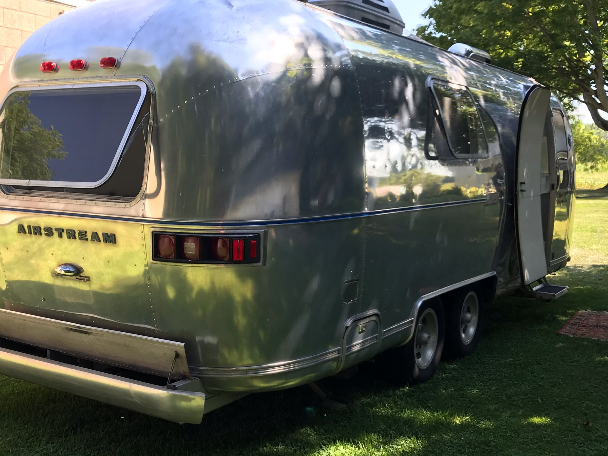 side view of this vintage beauty. Airstream Land Yacht 1975