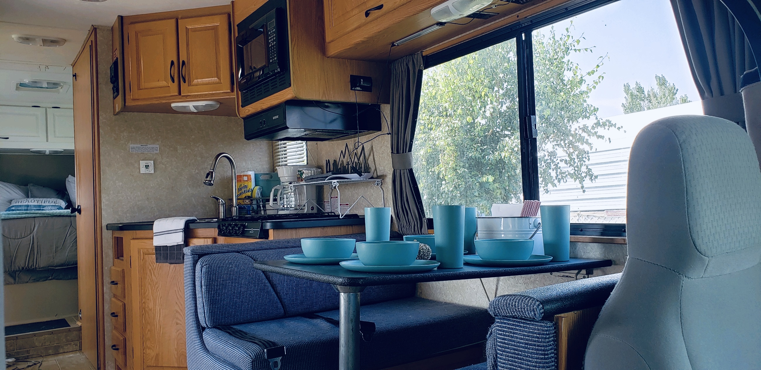 Dinette & Kitchen. Thor Motor Coach Four Winds Majestic 2011