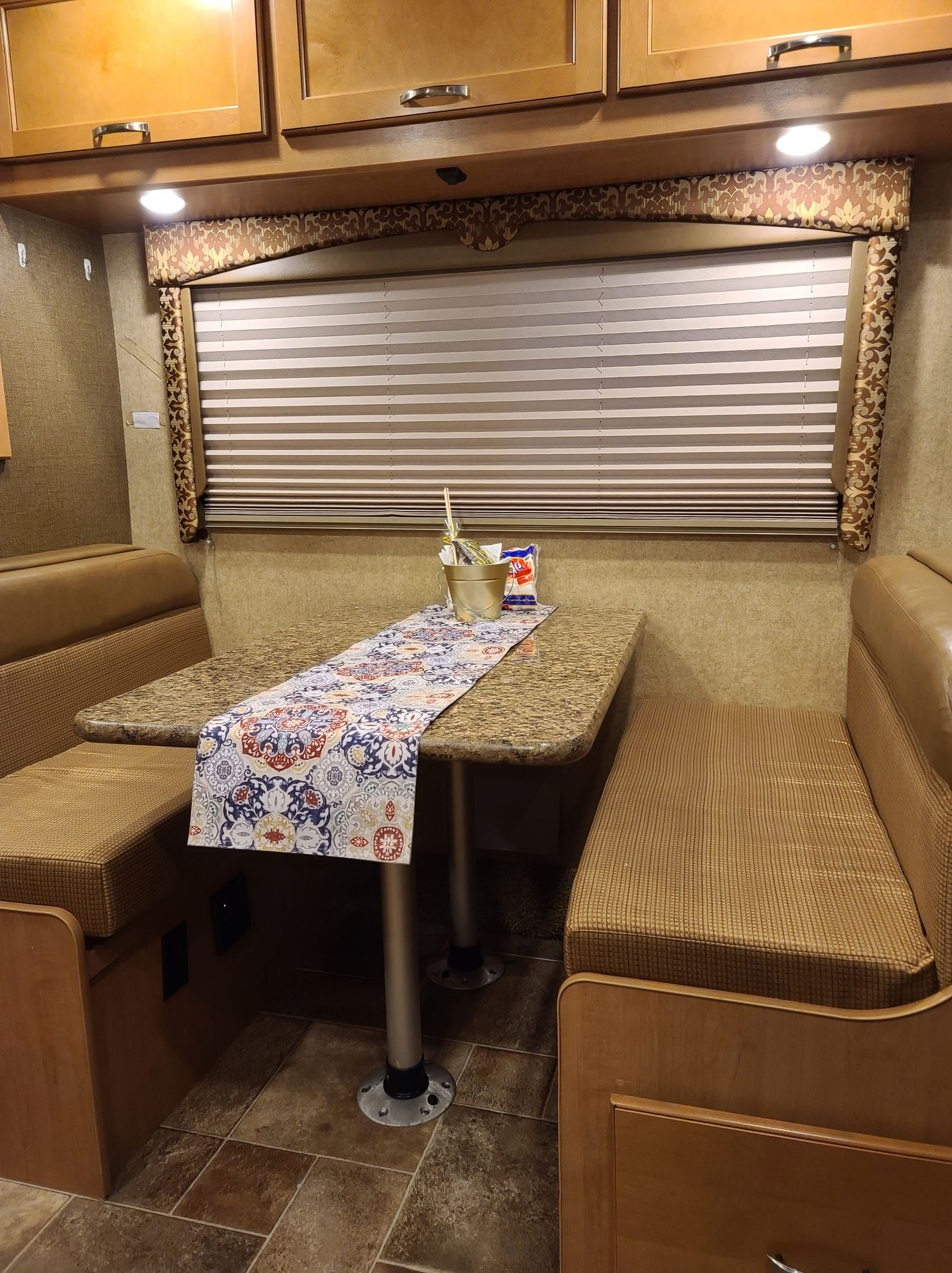 Convertible Dinette. Thor Motor Coach Freedom Elite 2016