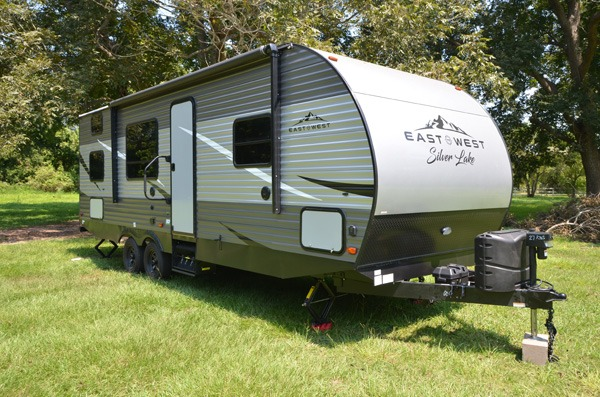 This brand new camper is ready for you!. East to West Silver Lake 27 KNS 2021