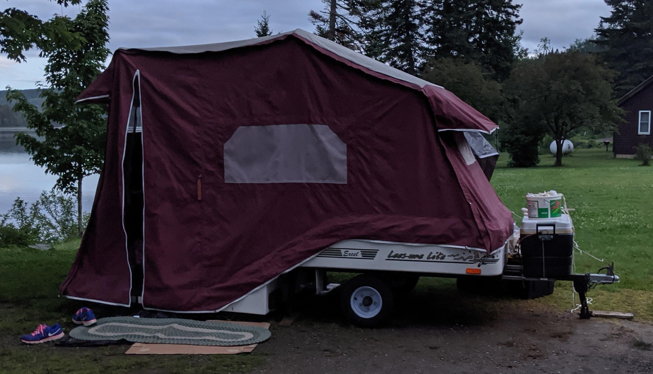 Side view of our fully opened camper. Leesurelite Excel 2001