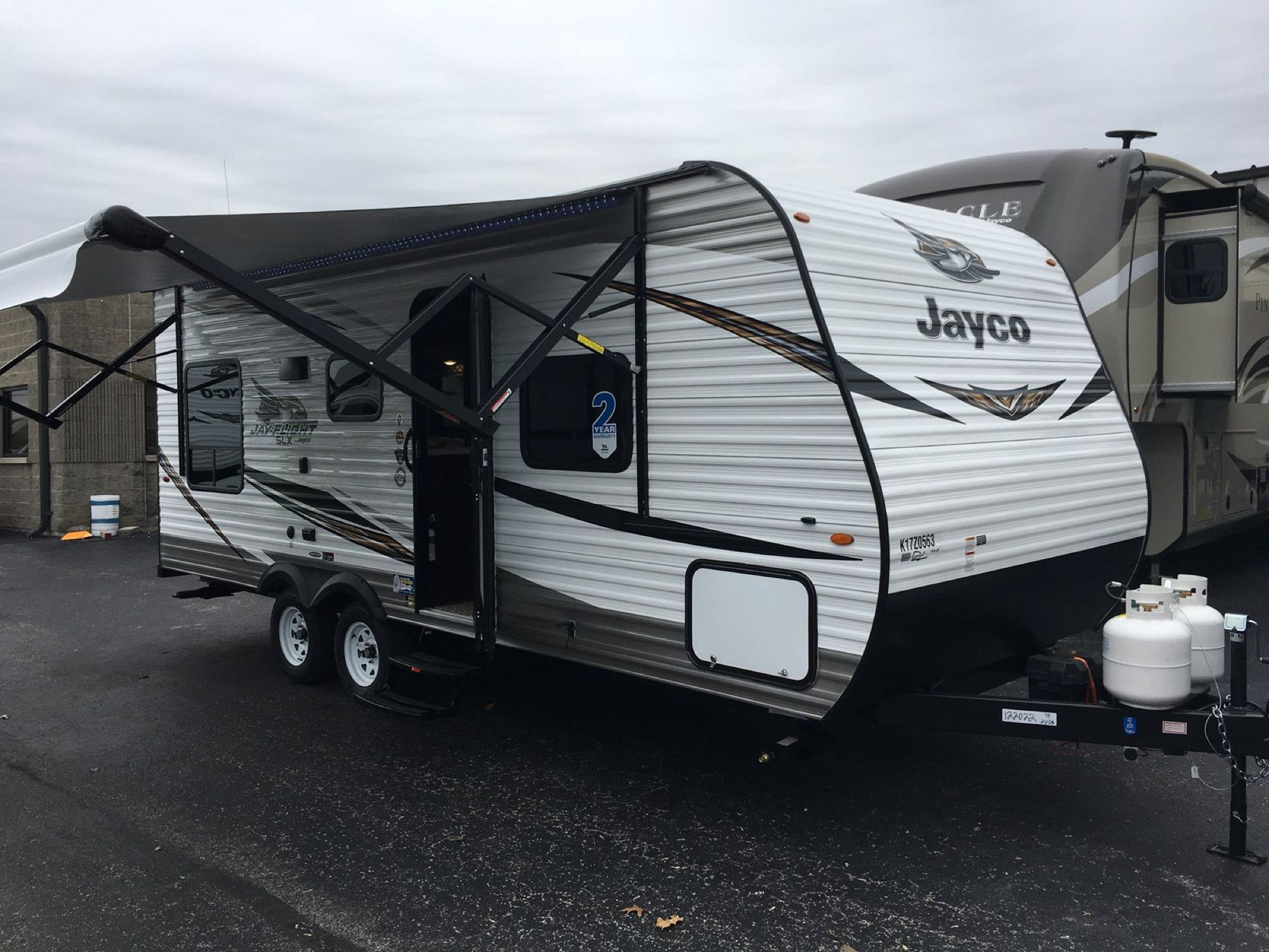 This Jayco 212QB is a 21 foot box with power awning, great windows, storage and tandem axles. weighs 4200lbs dry weight. Jayco Jay Flight 212 QB 2018