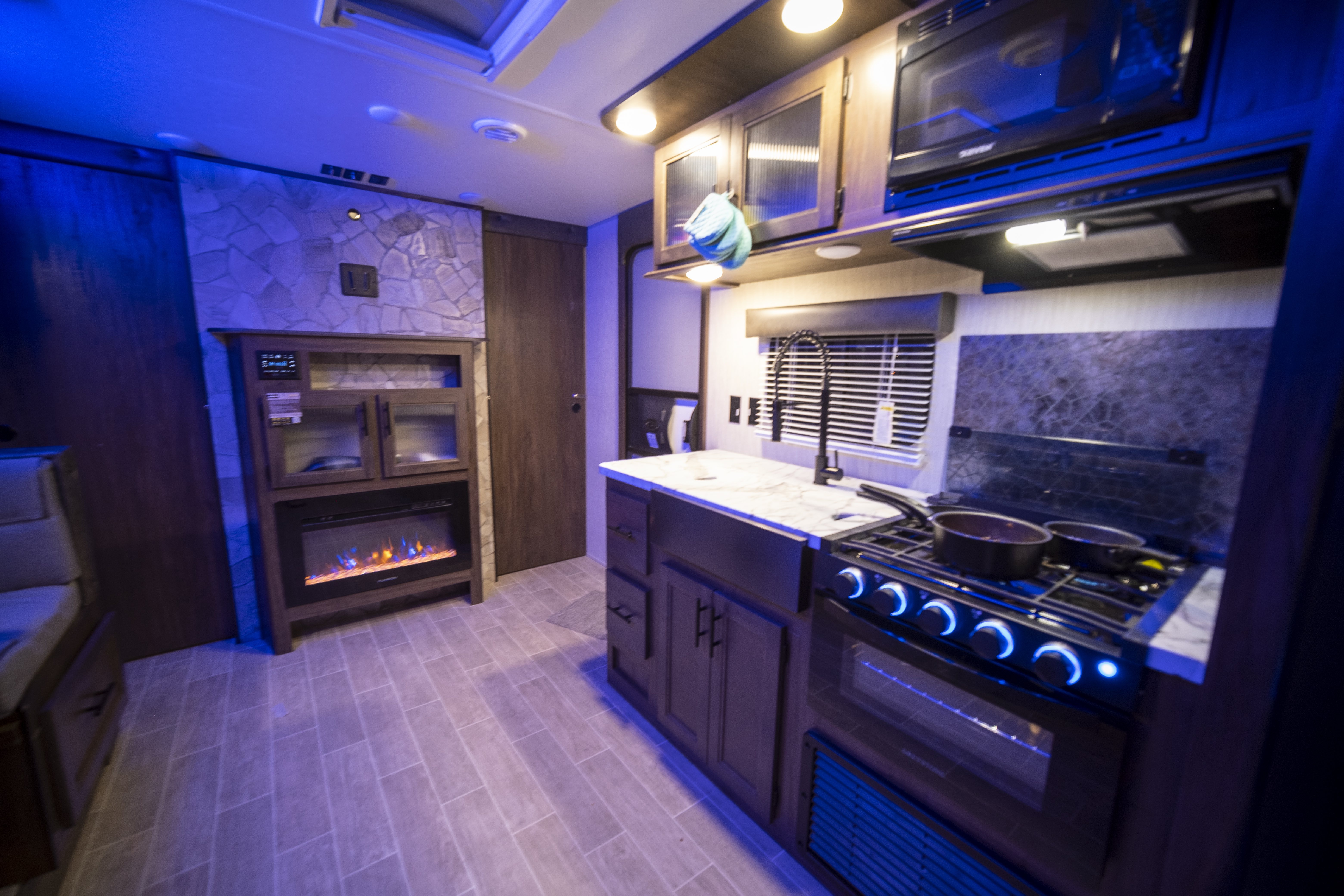 kitchen with fireplace. Forest River Cherokee Grey Wolf 2021