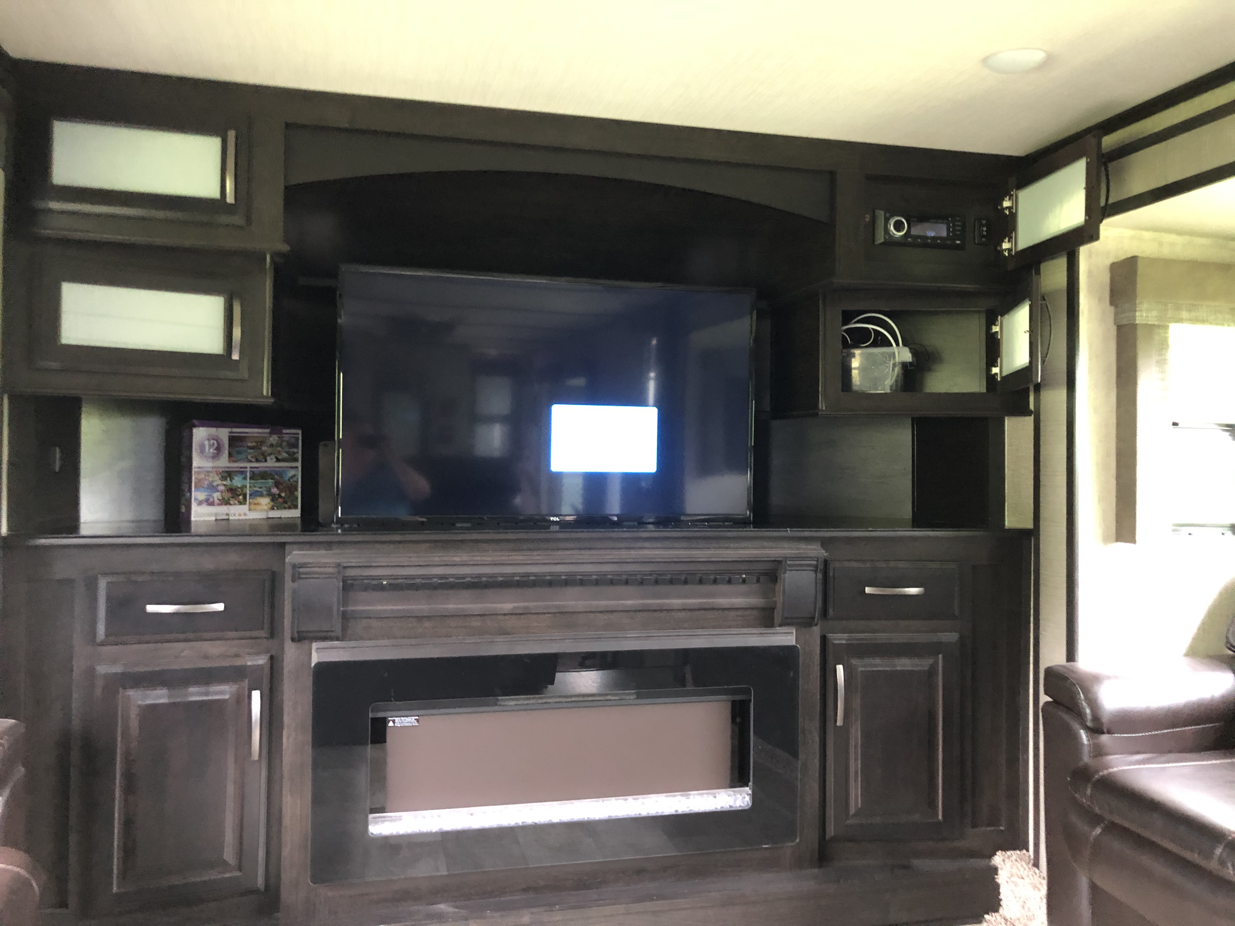 Living room with fireplace & flat screen. Grand Design Momentum 2018