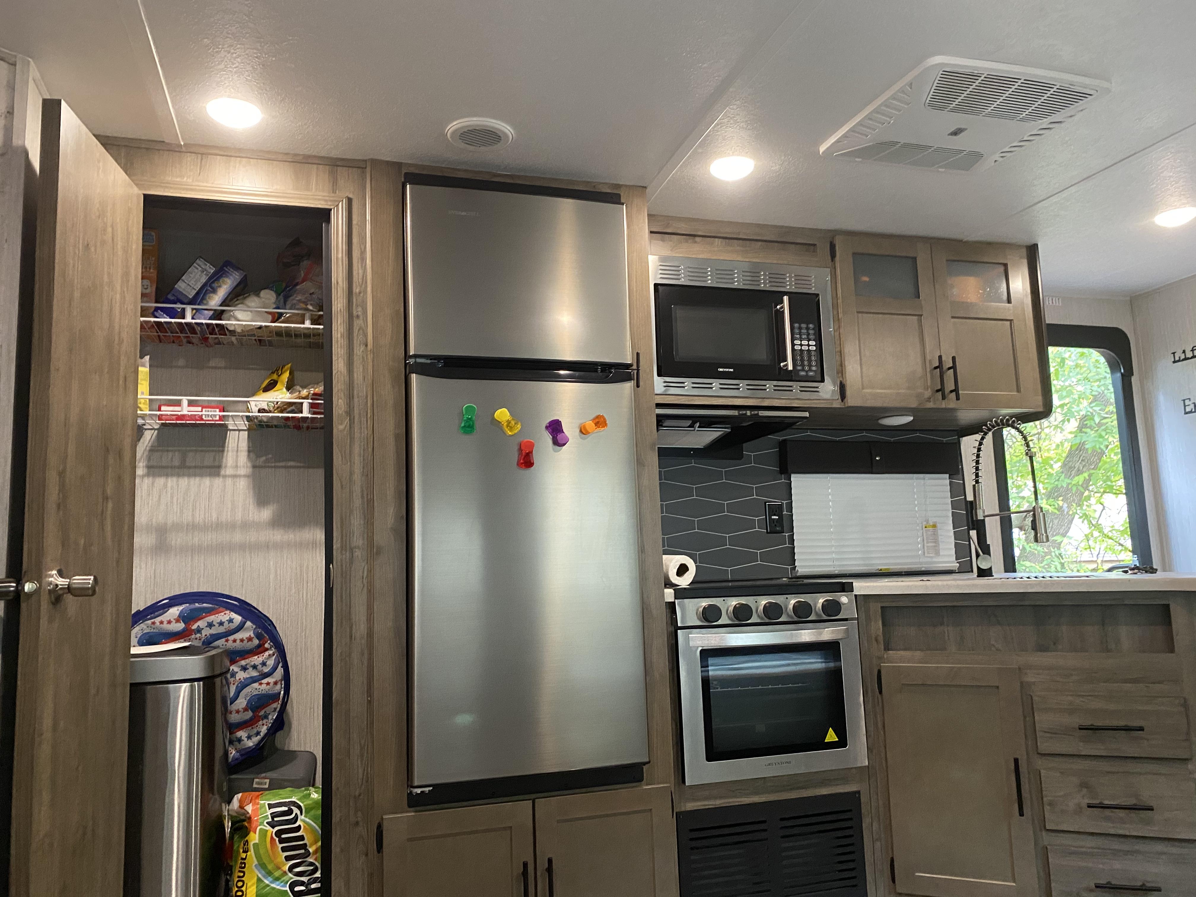 Kitchen and pantry.. Palomino Puma 2021