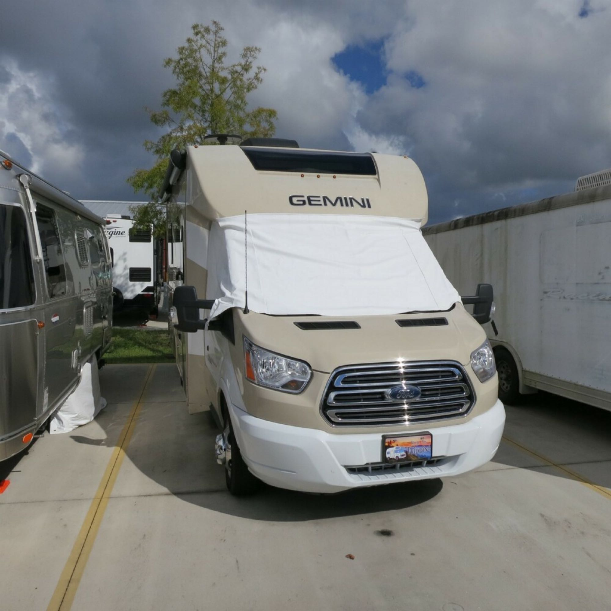 Unit is 23ft in length, easy to maneuver in regular parking spaces.  . Thor Motor Coach Gemini 23TK 2019