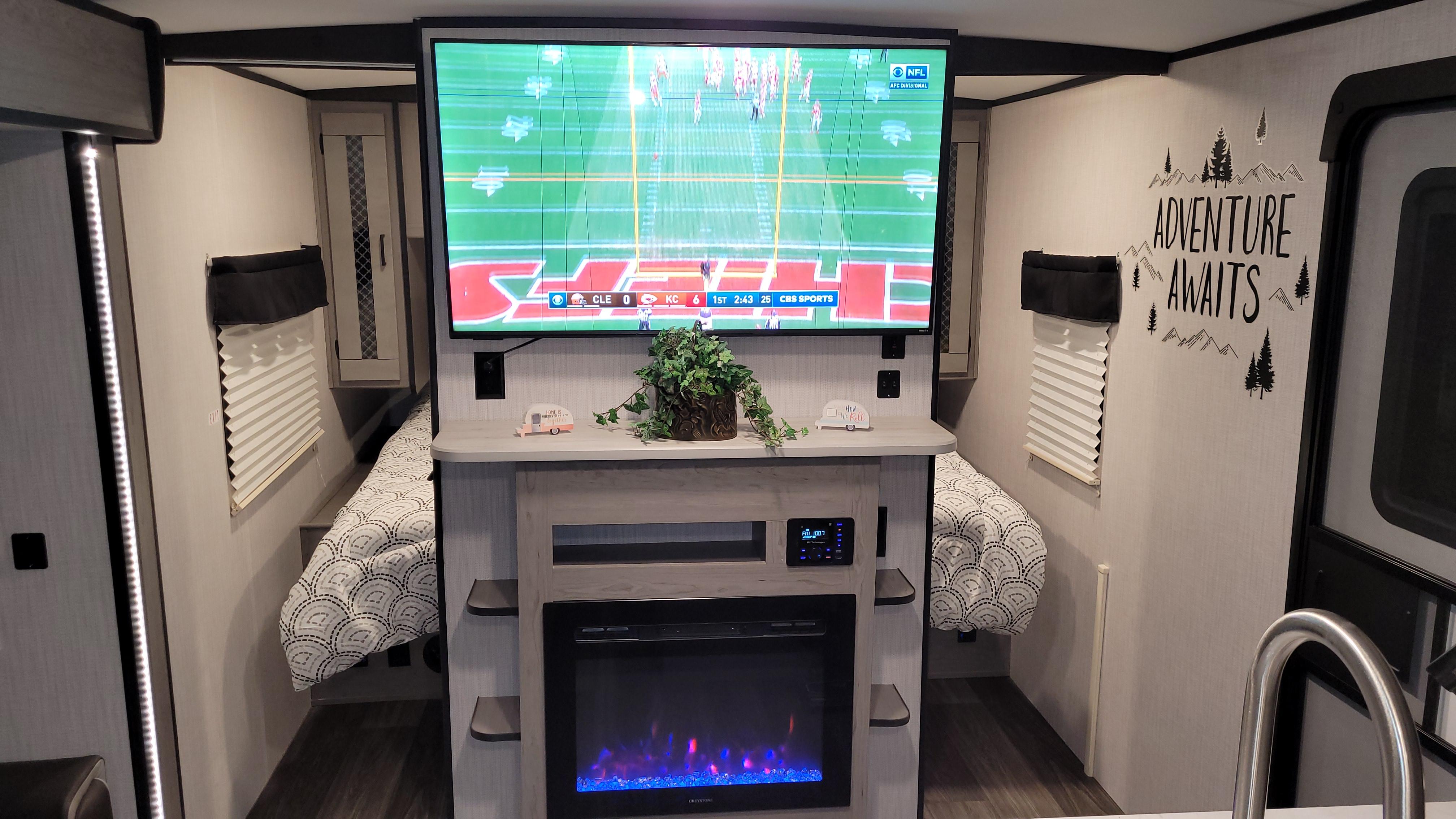 "50"" 4K TV, 5,300 BTU Electric Fireplace. Heartland M26 2021"