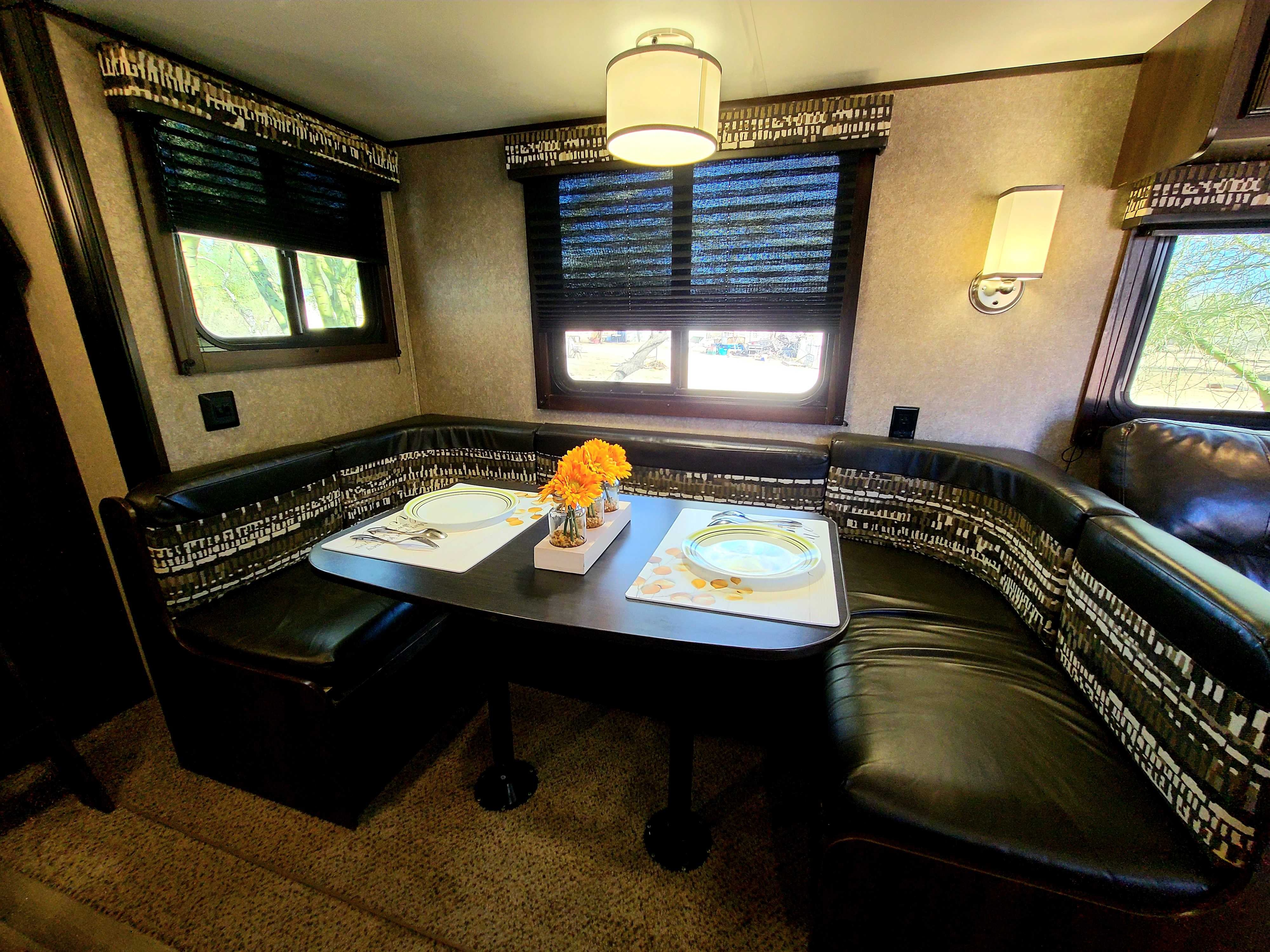 round sitting, table for 6. Jayco Jay Flight 2018