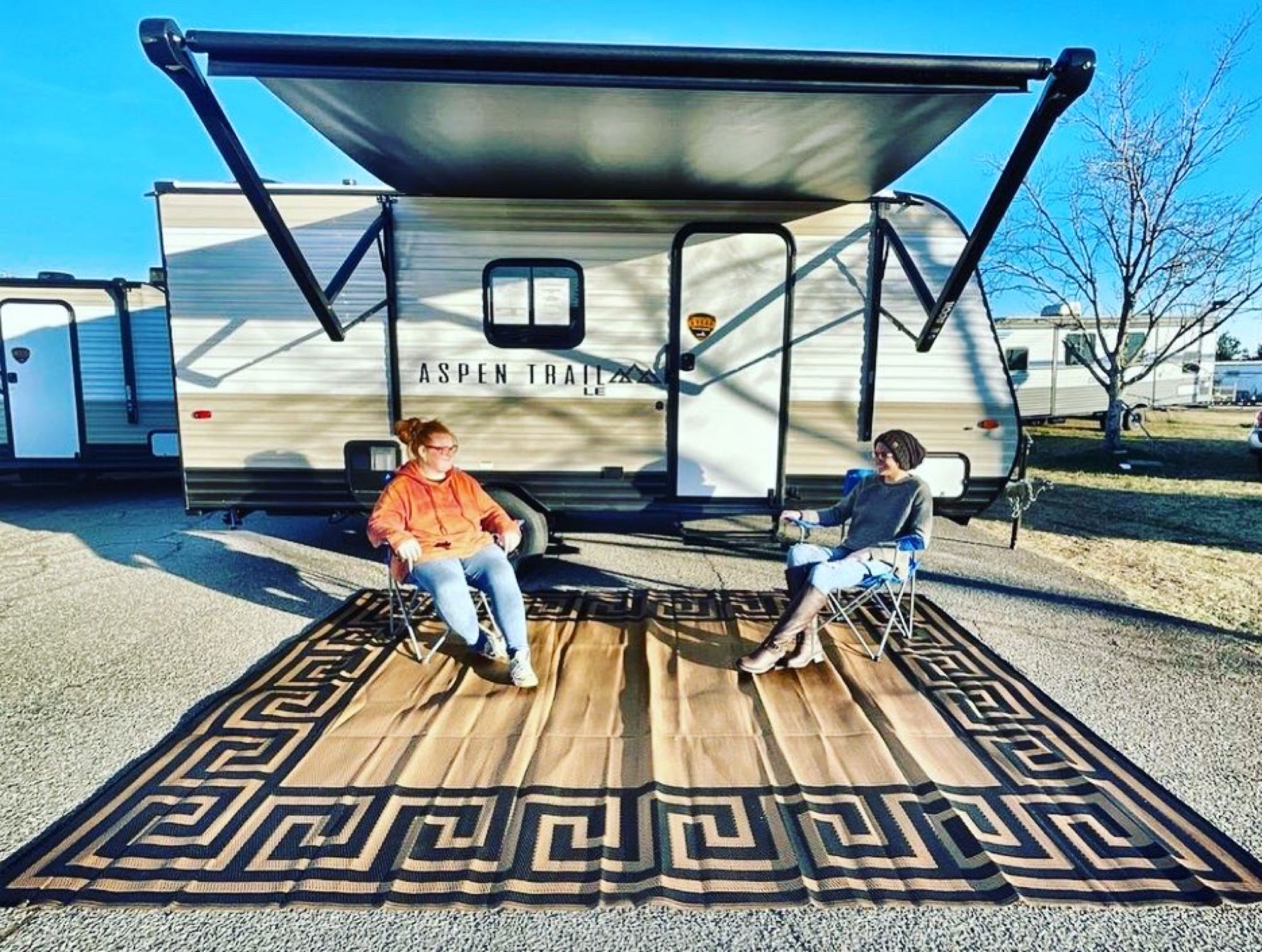 Camper comes with rug and four camping chairs. . Aspen 17BH 2021