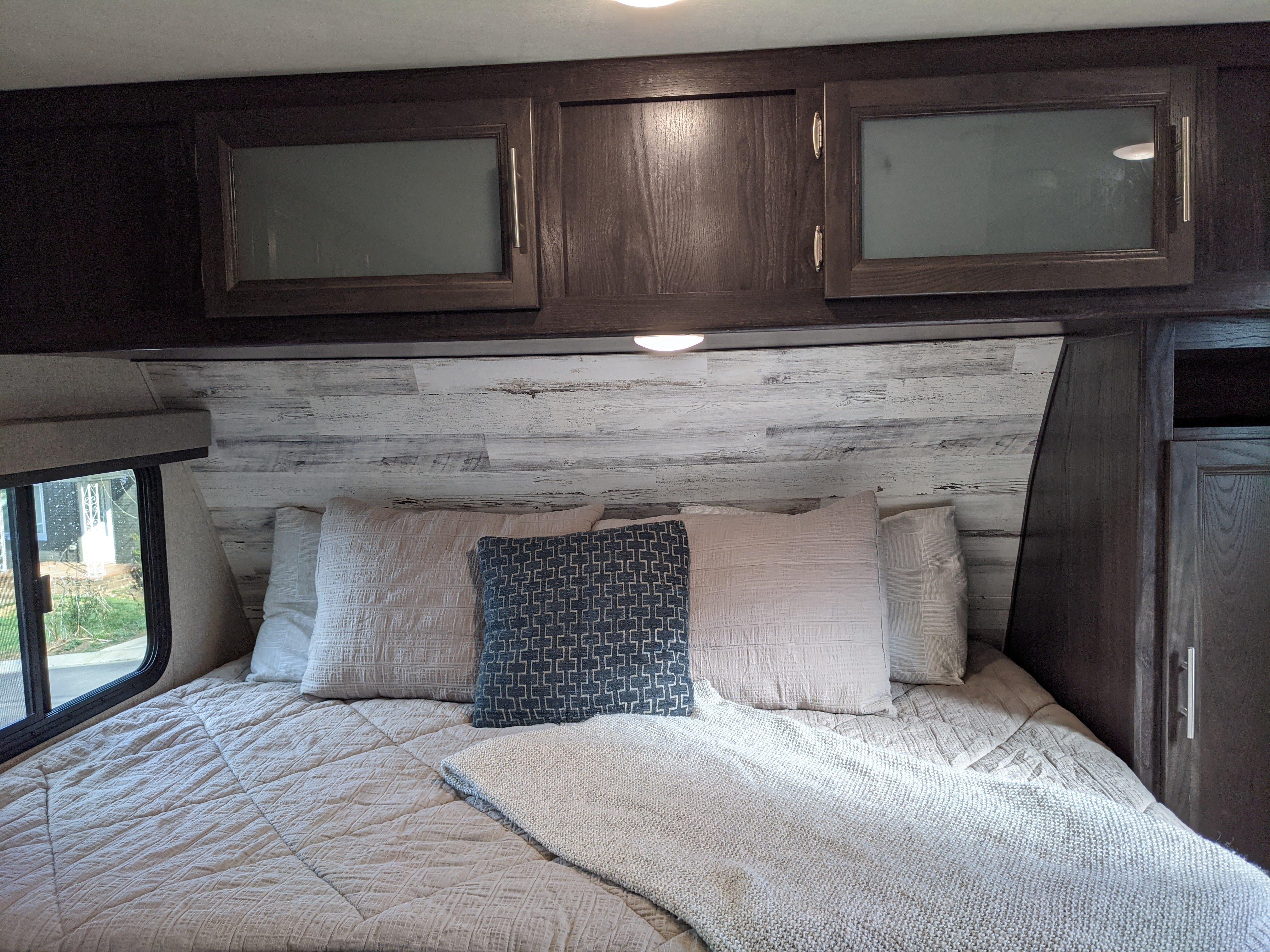 Queen Bed/day bed lounge area. Dutchmen Kodiak 2019