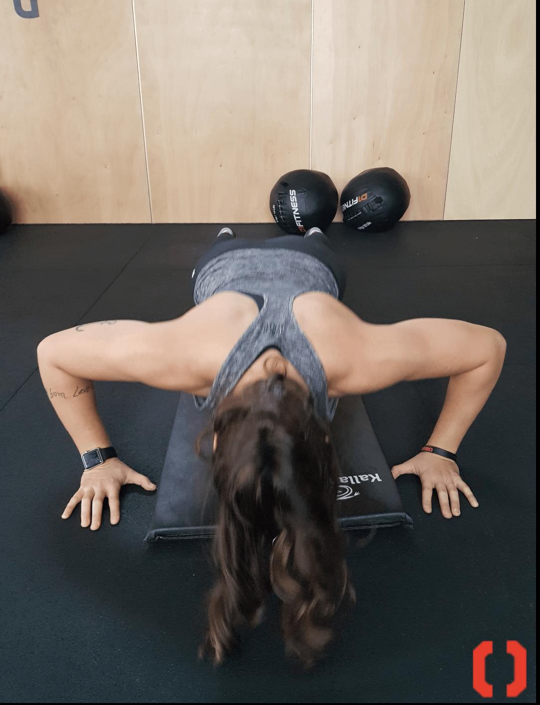 Push up, movimento do treinamento funcional sendo executado por Paula Flores Trepte