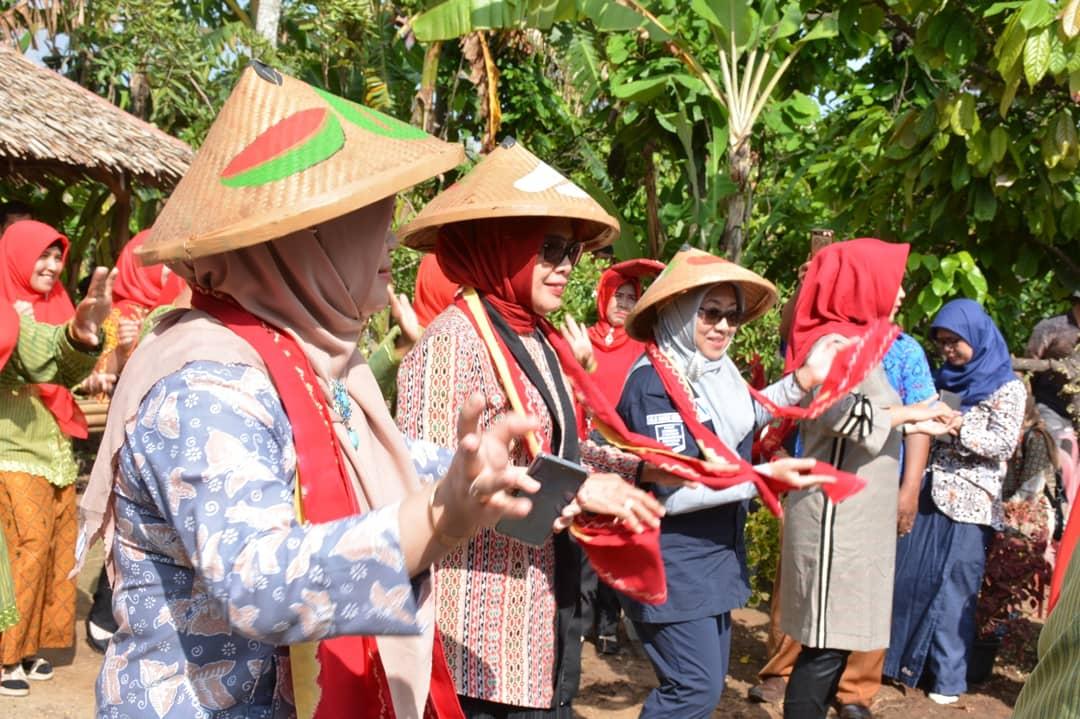 Ketua KWT Lamteng Bunda Ellya Terima Seketaris Badan Pertanian RI