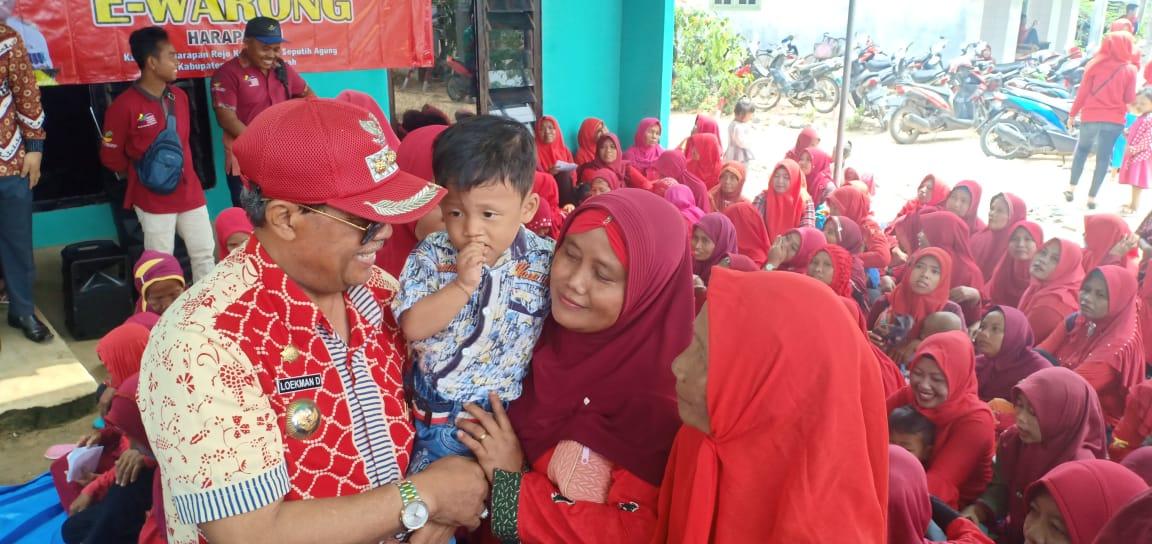 Bupati Lampung Tengah Bagikan Sembako Di Seputih Agung