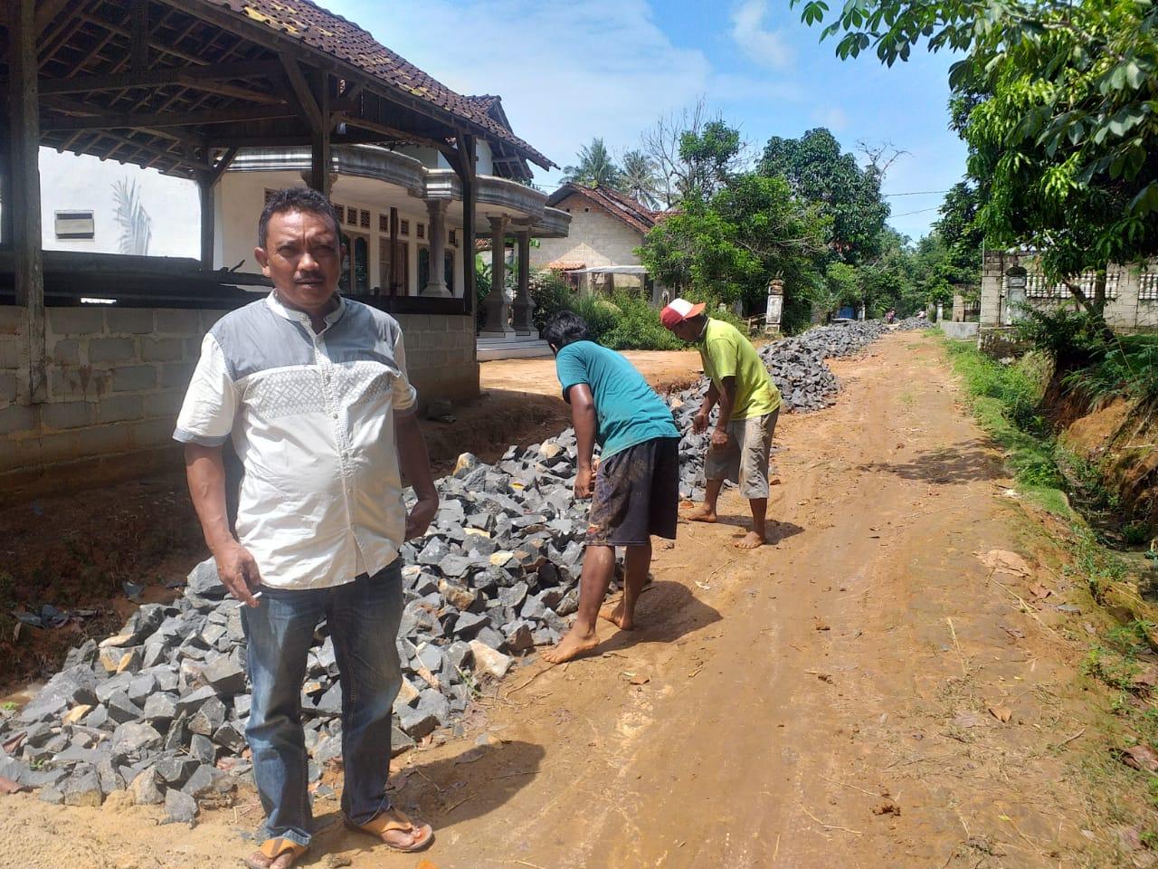 Kampung uman agung bangun jalan onderlag 1500 Meter Dan TPT 75 Meter