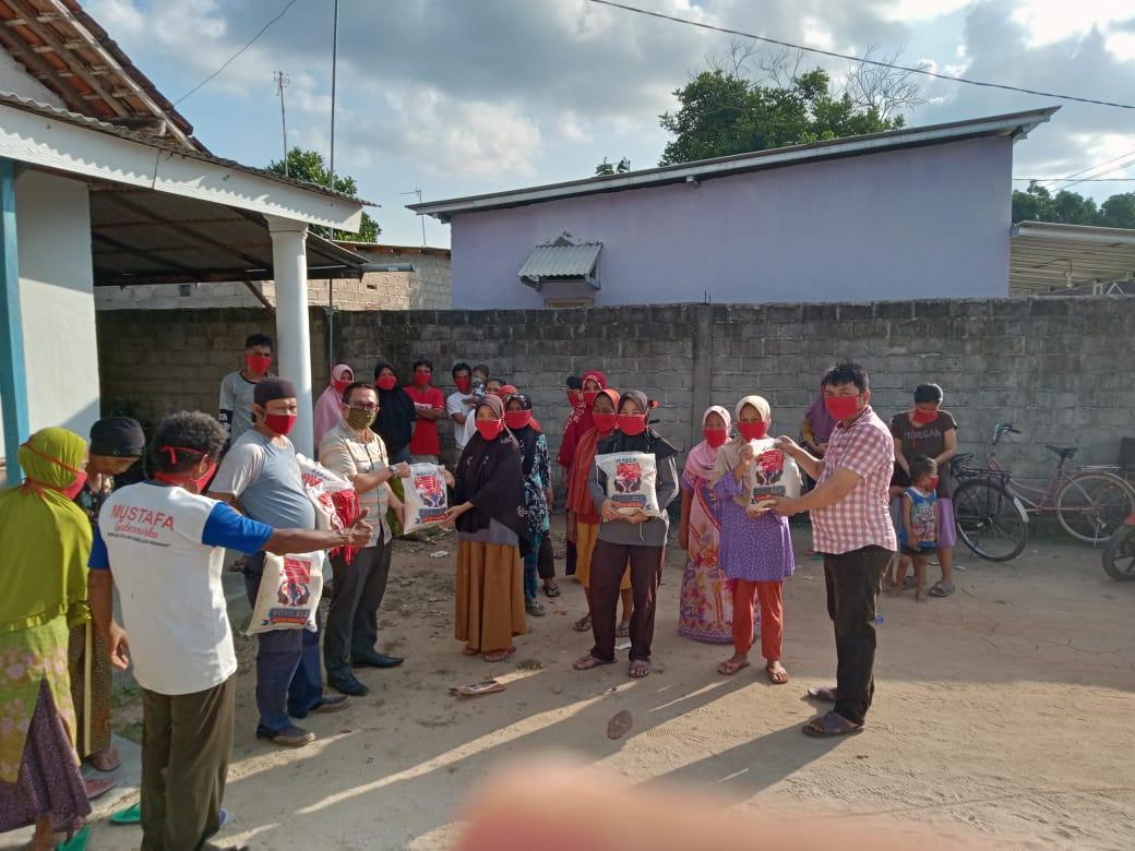 Relawan Loekman Bagikan 250 Pak Beras ke Masyarakat