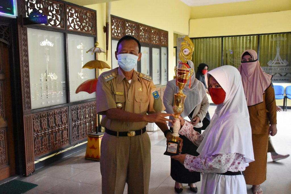 Walikota Metro Serahkan Piala Olimpiade Walikota CUP LKP Airlangga