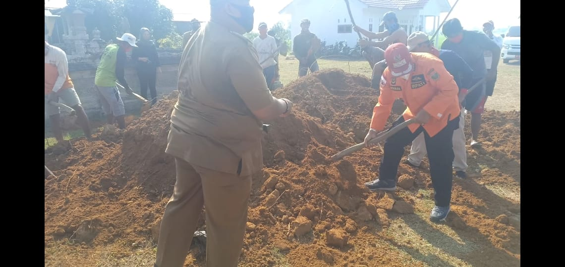 Bupati Loekman Gotong Royong Di Kampung Rama Indra