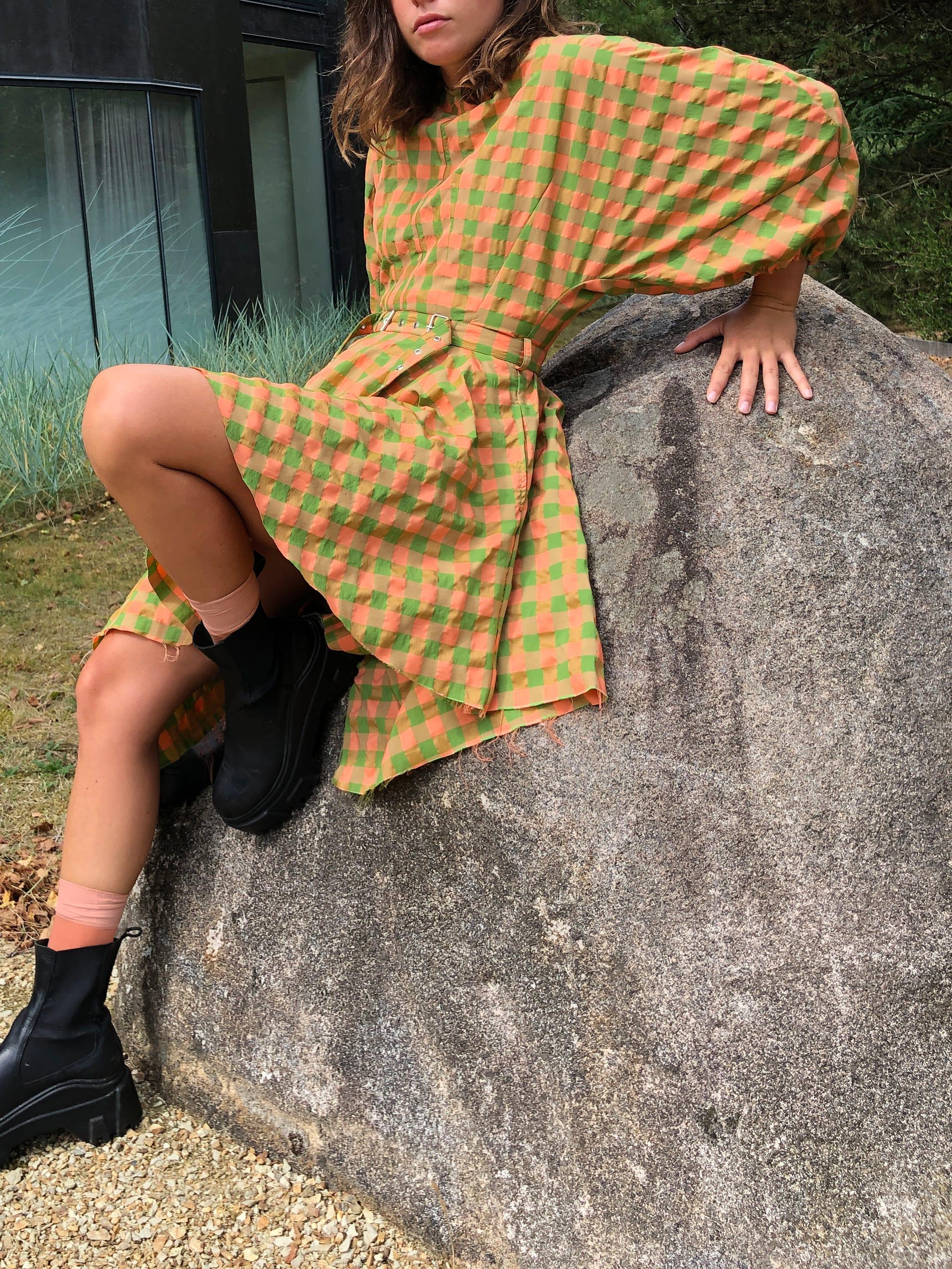 Modèle qui porte le look Vichy Esmeralda
