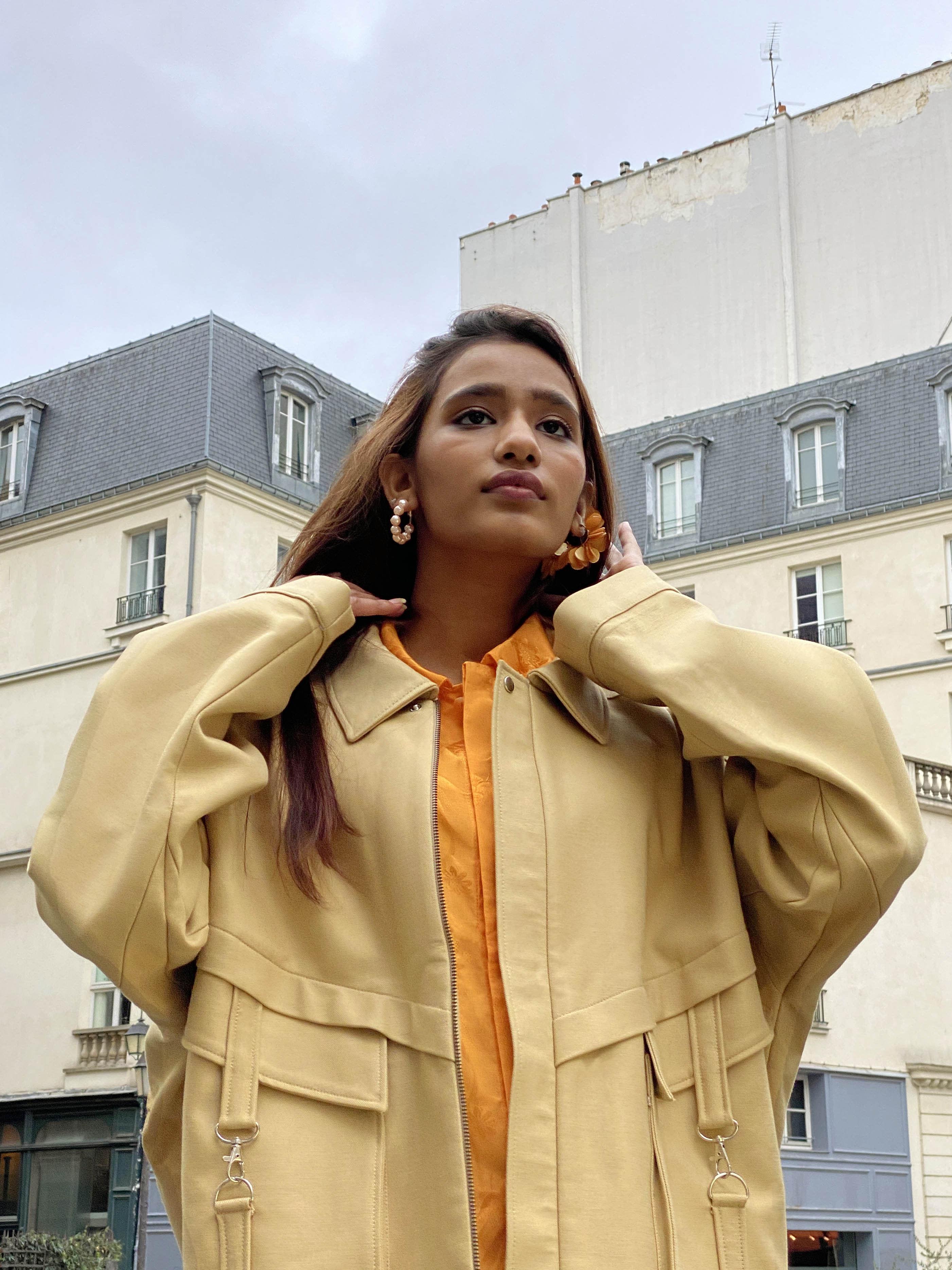Modèle Studio Paillette qui porte le look Pant Rose Chemise Orange