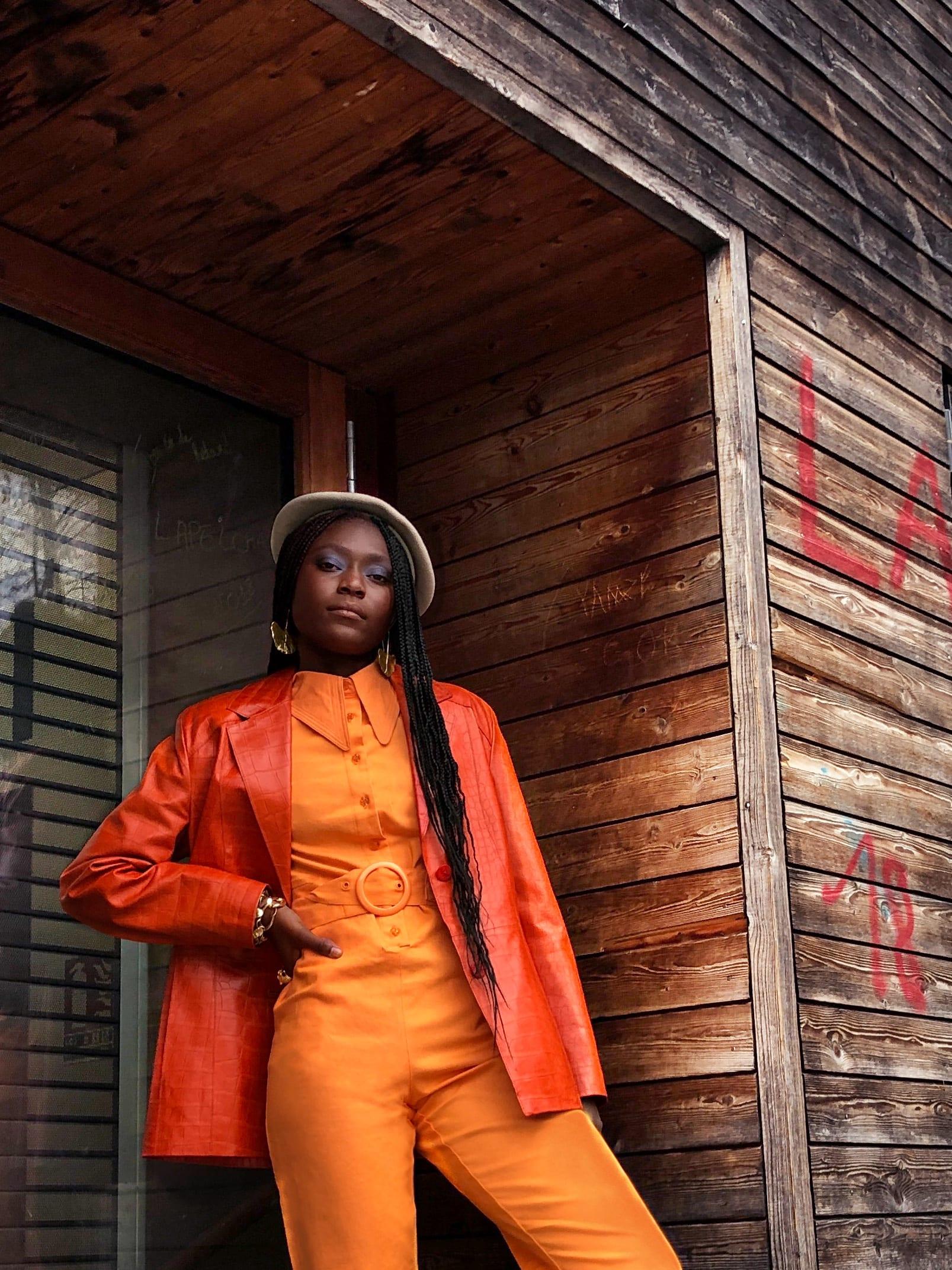 Modèle qui porte le look Tailleur Orange Cuba